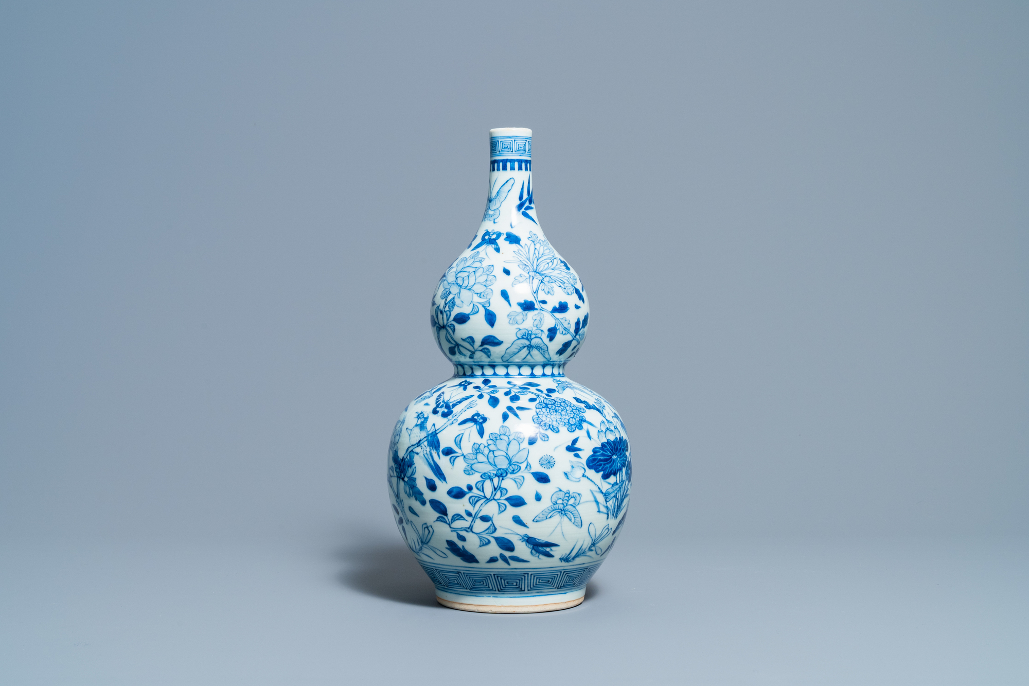 A Chinese blue and white double gourd vase, 19th C. - Image 4 of 6