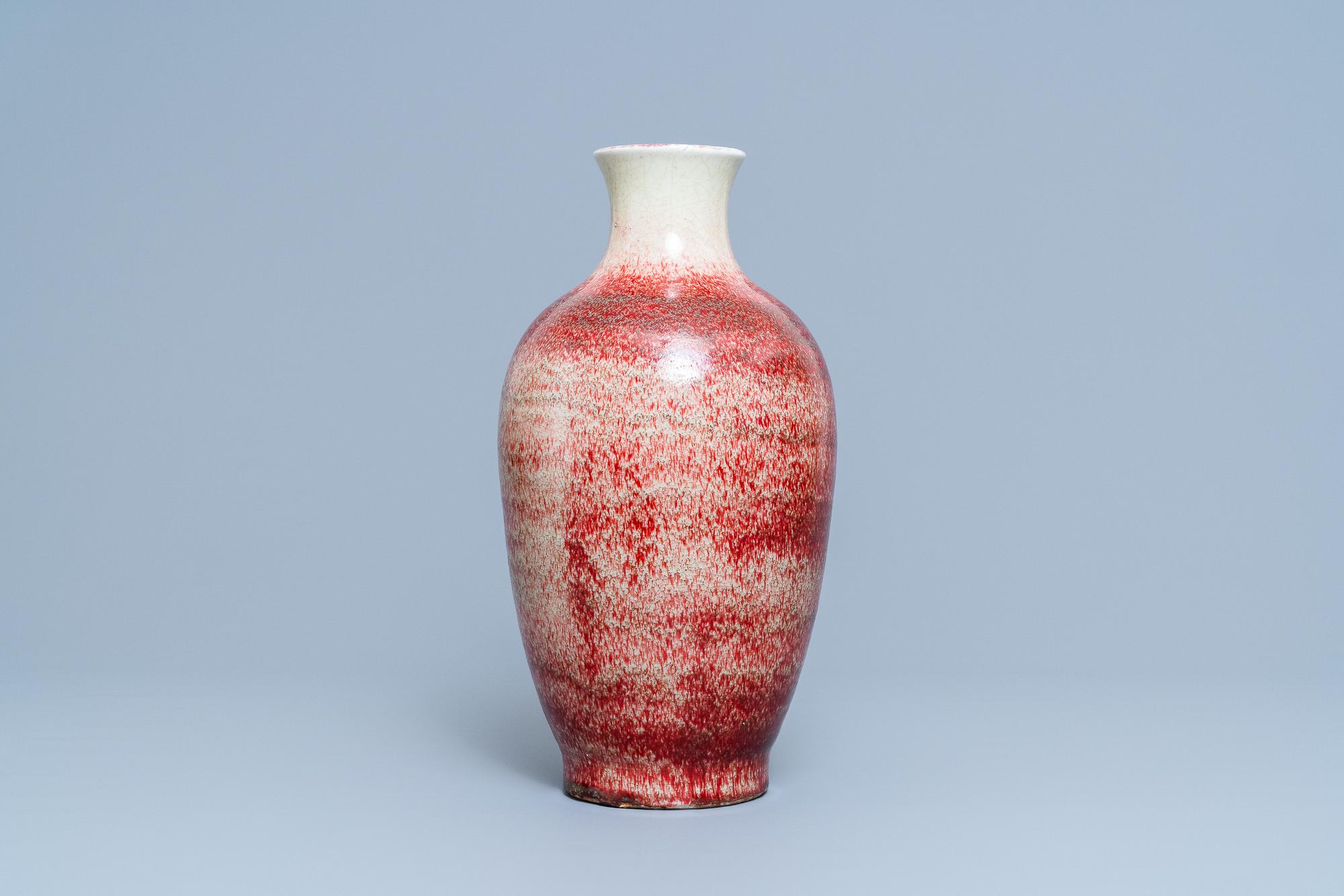 A Chinese monochrome peachbloom-glazed vase, 18/19th C. - Image 4 of 19