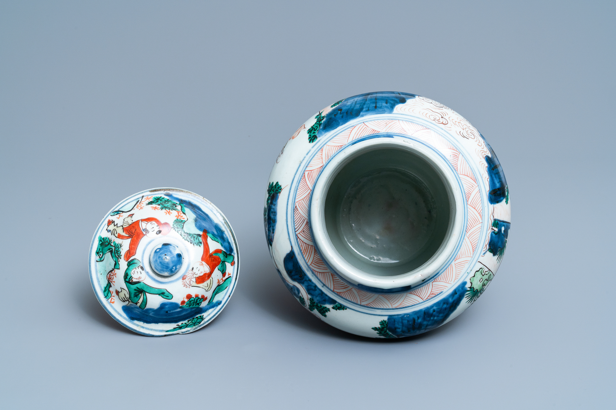 A Chinese wucai 'immortals' vase and cover, Shunzhi - Image 5 of 33