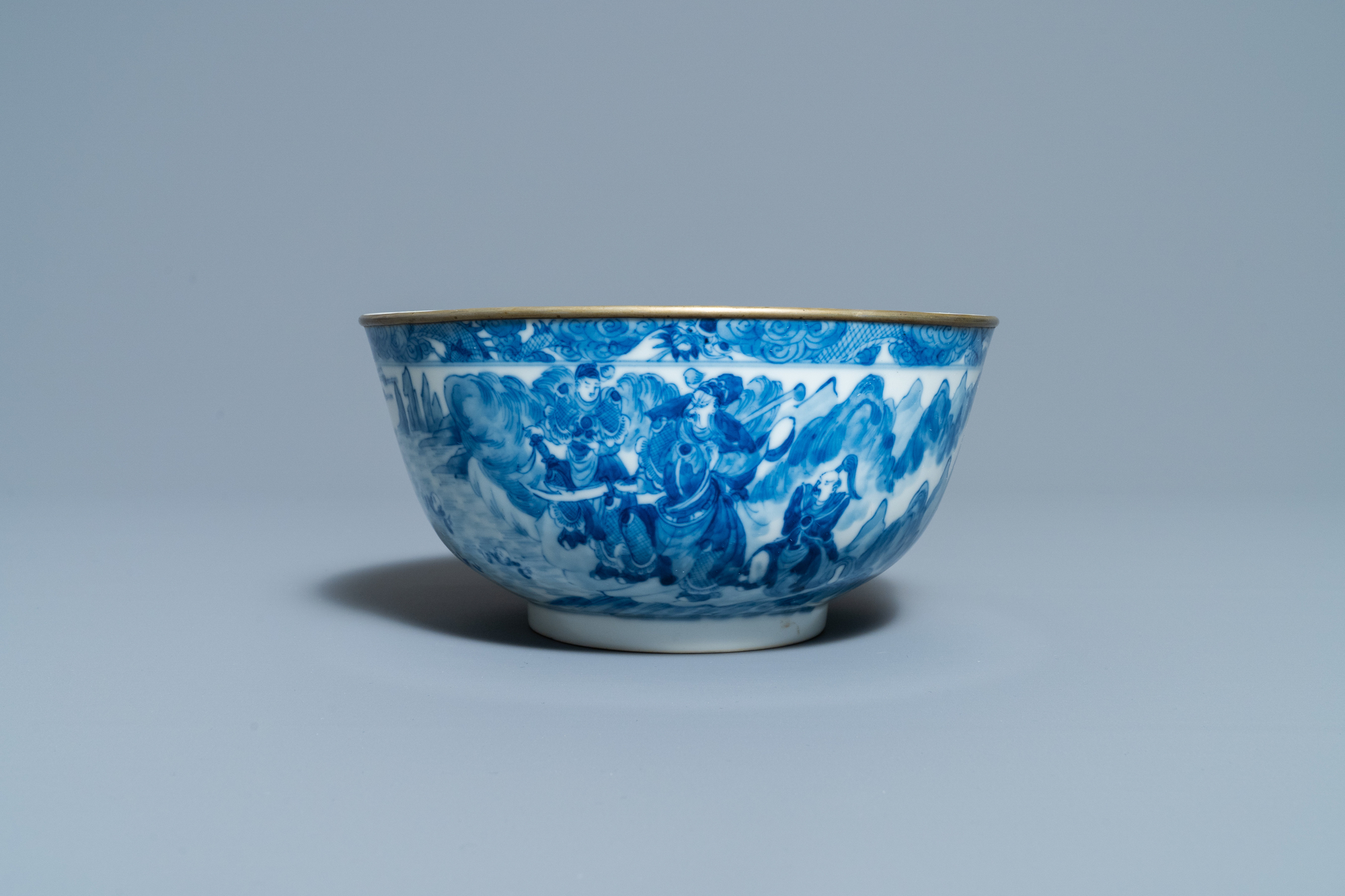 A Chinese blue and white Vietnamese market 'Bleu de Hue' bowl, Kangxi mark, 19th C. - Image 2 of 7