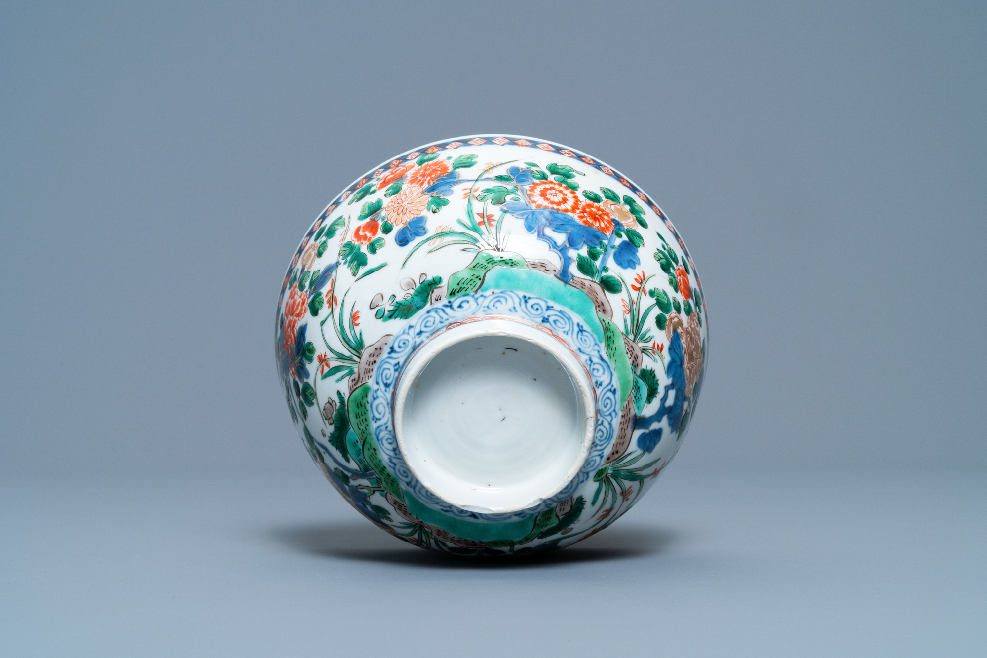 A Chinese famille verte bowl and an iron-red dish, Kangxi - Image 9 of 9