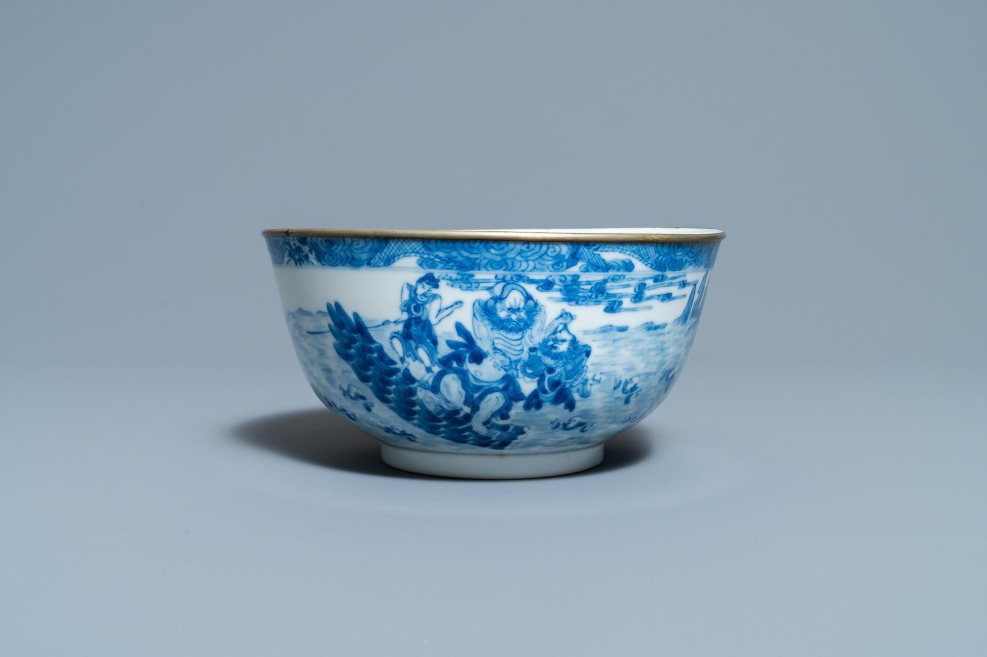 A Chinese blue and white Vietnamese market 'Bleu de Hue' bowl, Kangxi mark, 19th C. - Image 4 of 7