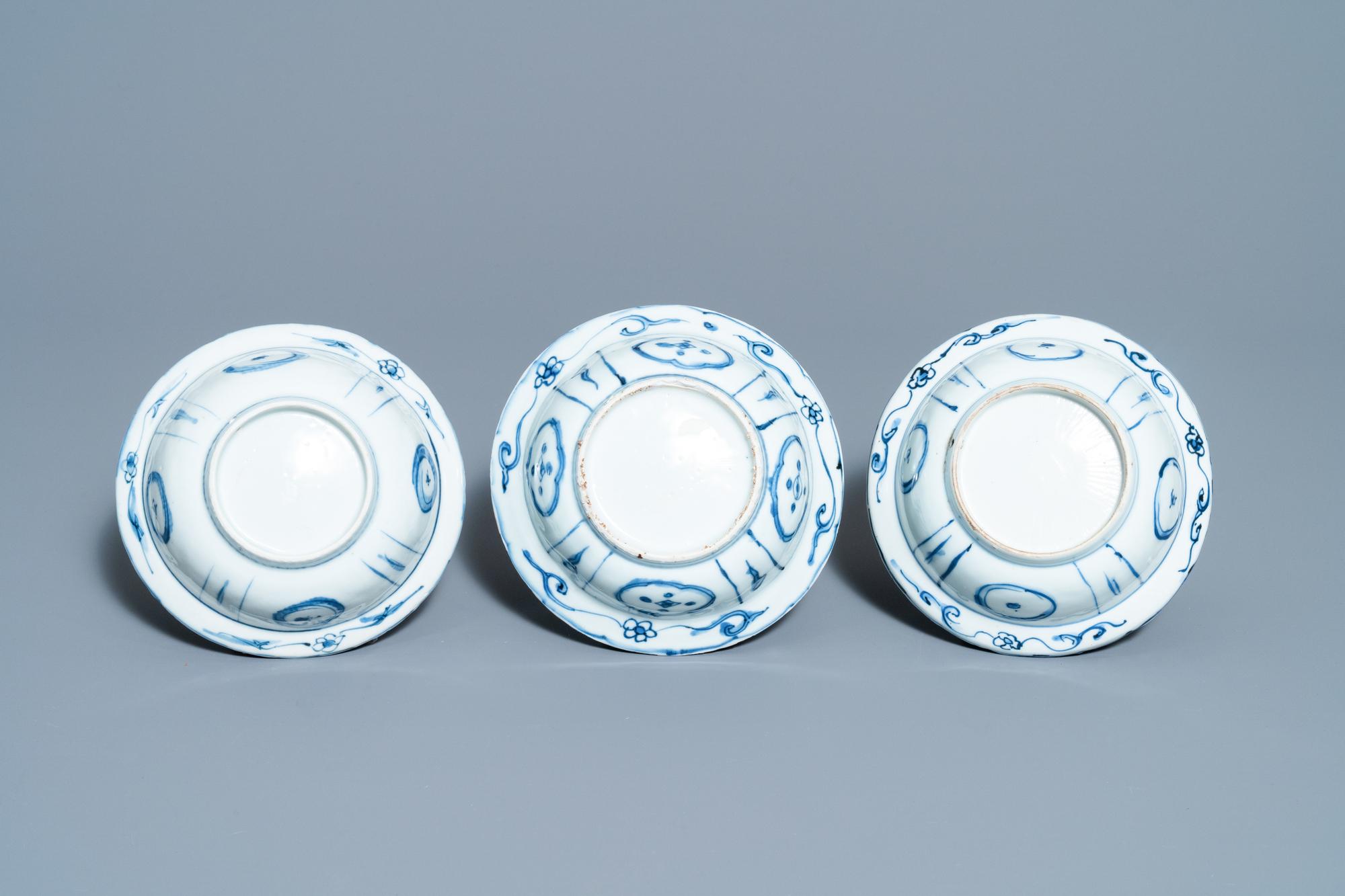 Three Chinese blue and white kraak porcelain klapmuts bowls, Wanli - Image 7 of 7