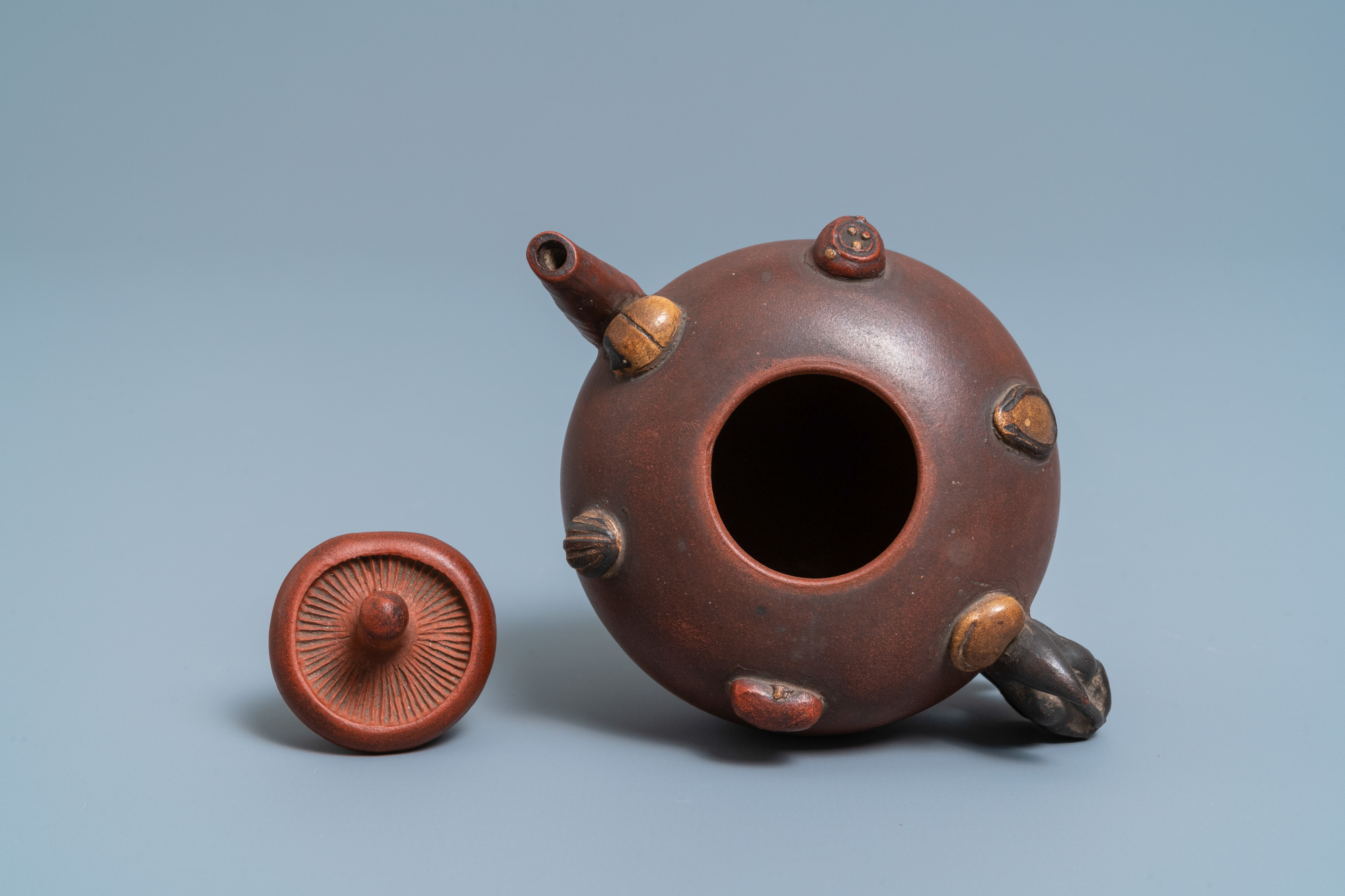 A Chinese Yixing stoneware teapot and cover with applied nuts, 19/20th C. - Image 6 of 7