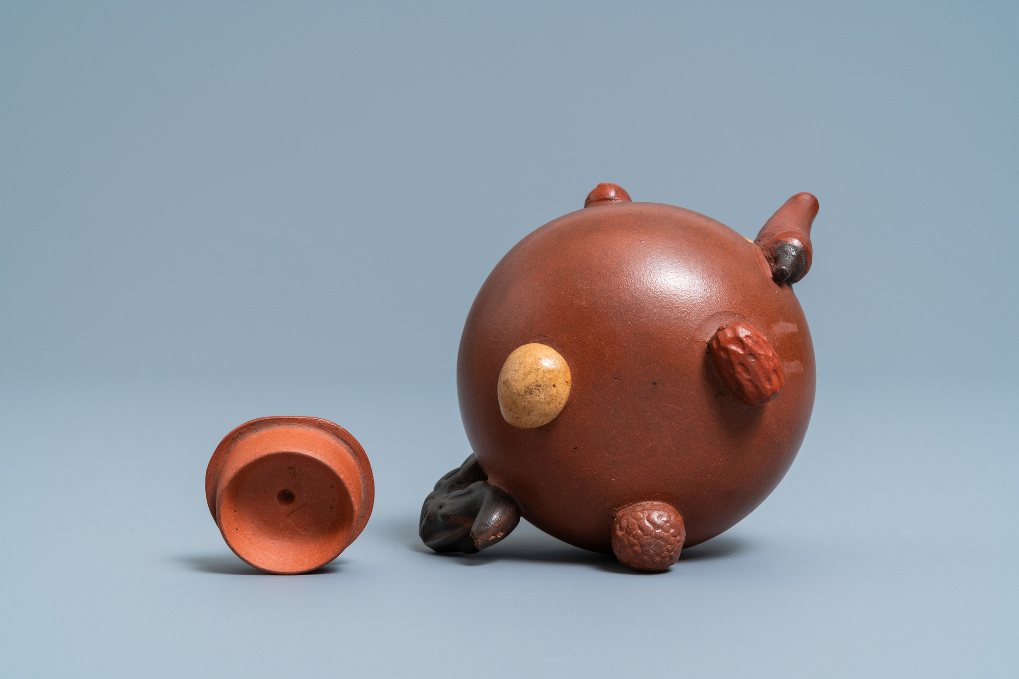 A Chinese Yixing stoneware teapot and cover with applied nuts, 19/20th C. - Image 7 of 7