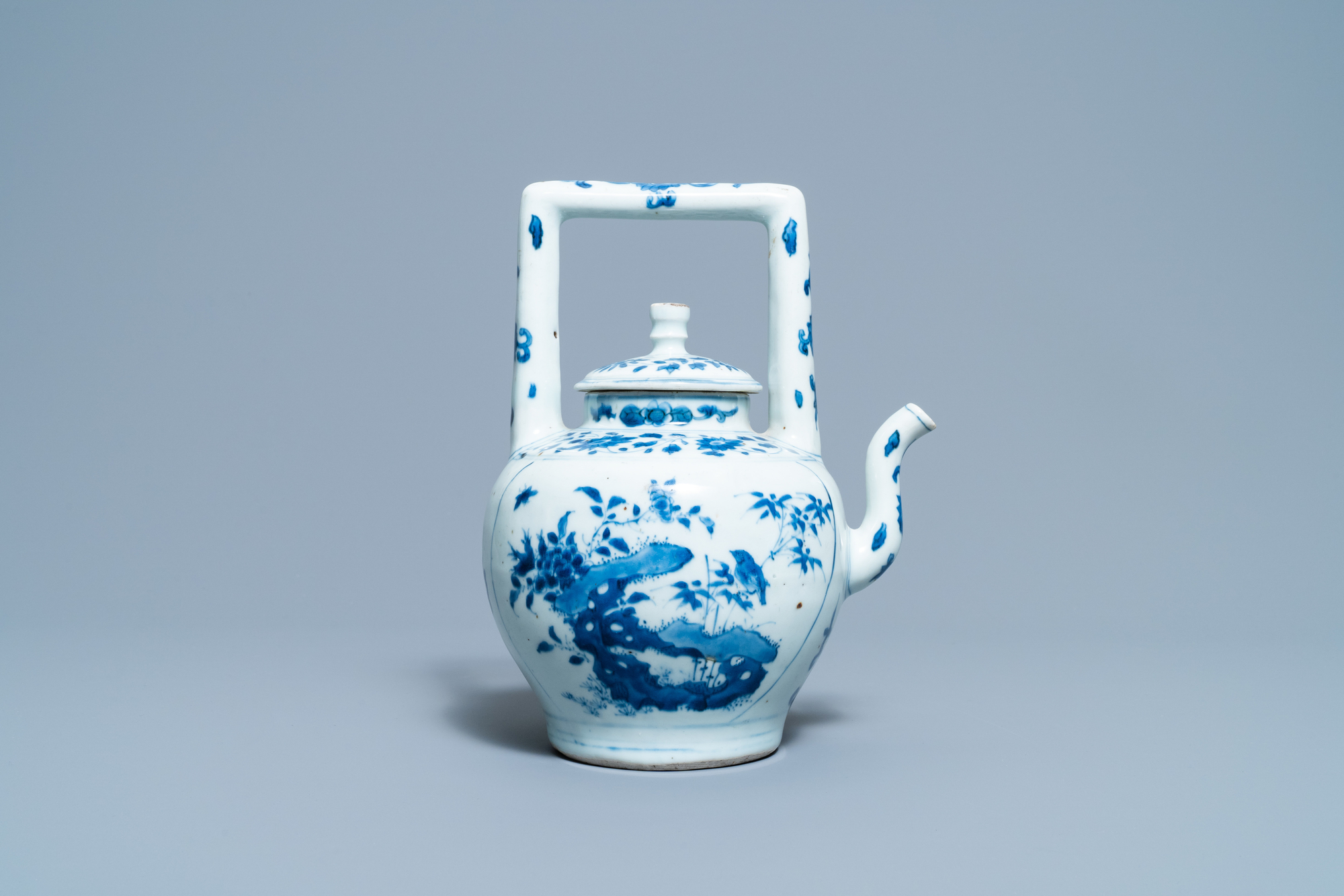A large Chinese blue and white 'birds' wine ewer and cover, Transitional period - Image 4 of 13
