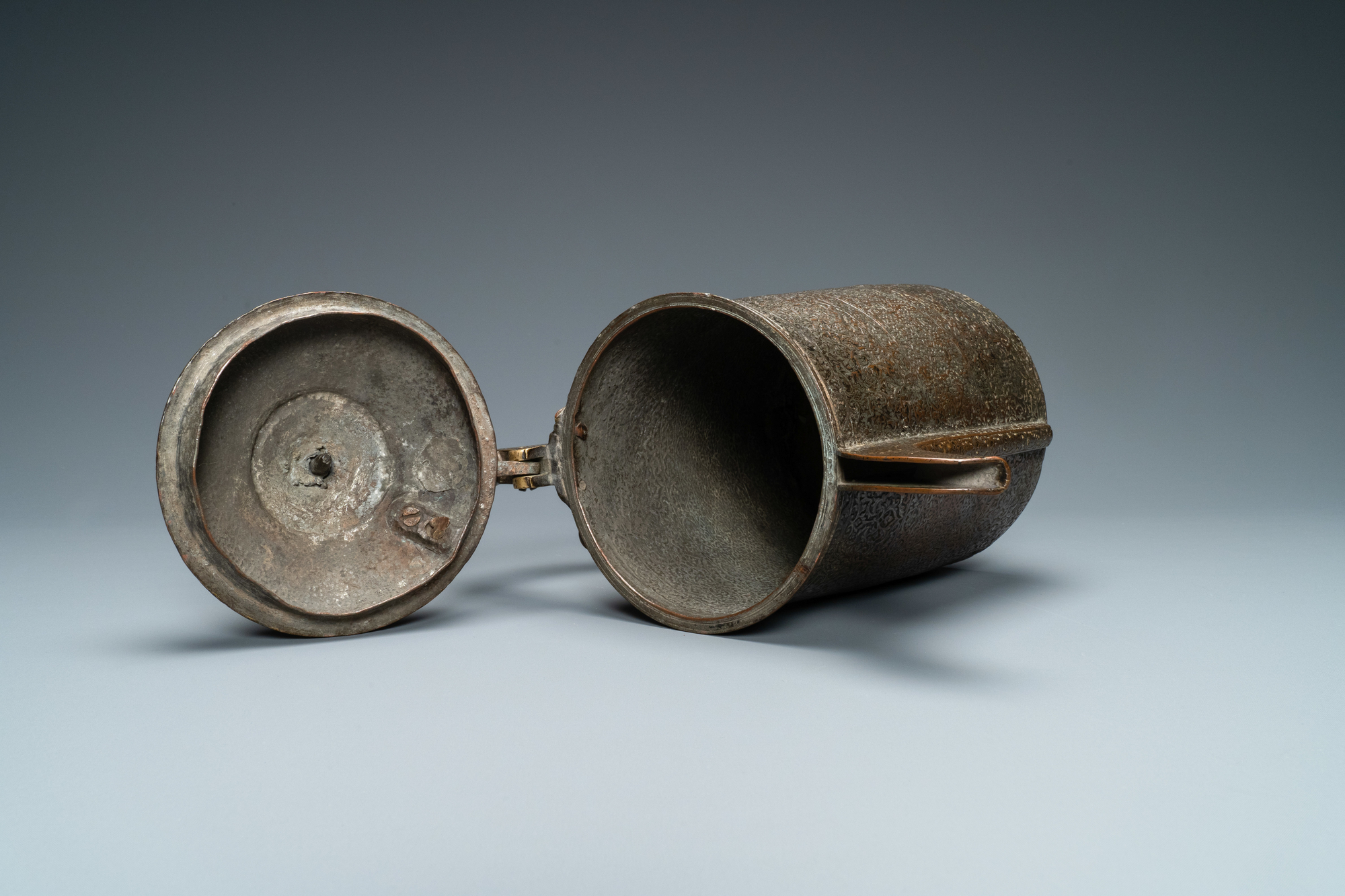 A Safavid parcel-gilt and tinned copper mug and cover, Persia, 17/18th C. - Image 6 of 7