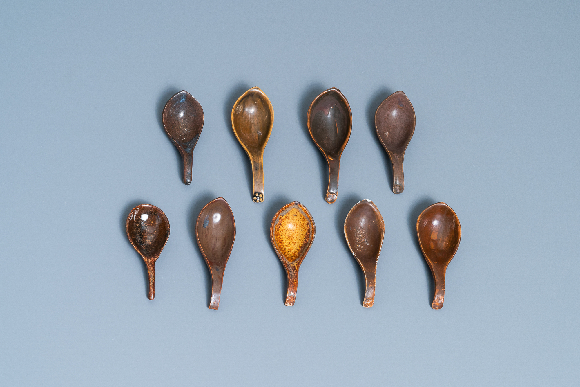 22 Chinese brown- and white-glazed spoons, 17/18th C. - Image 5 of 19