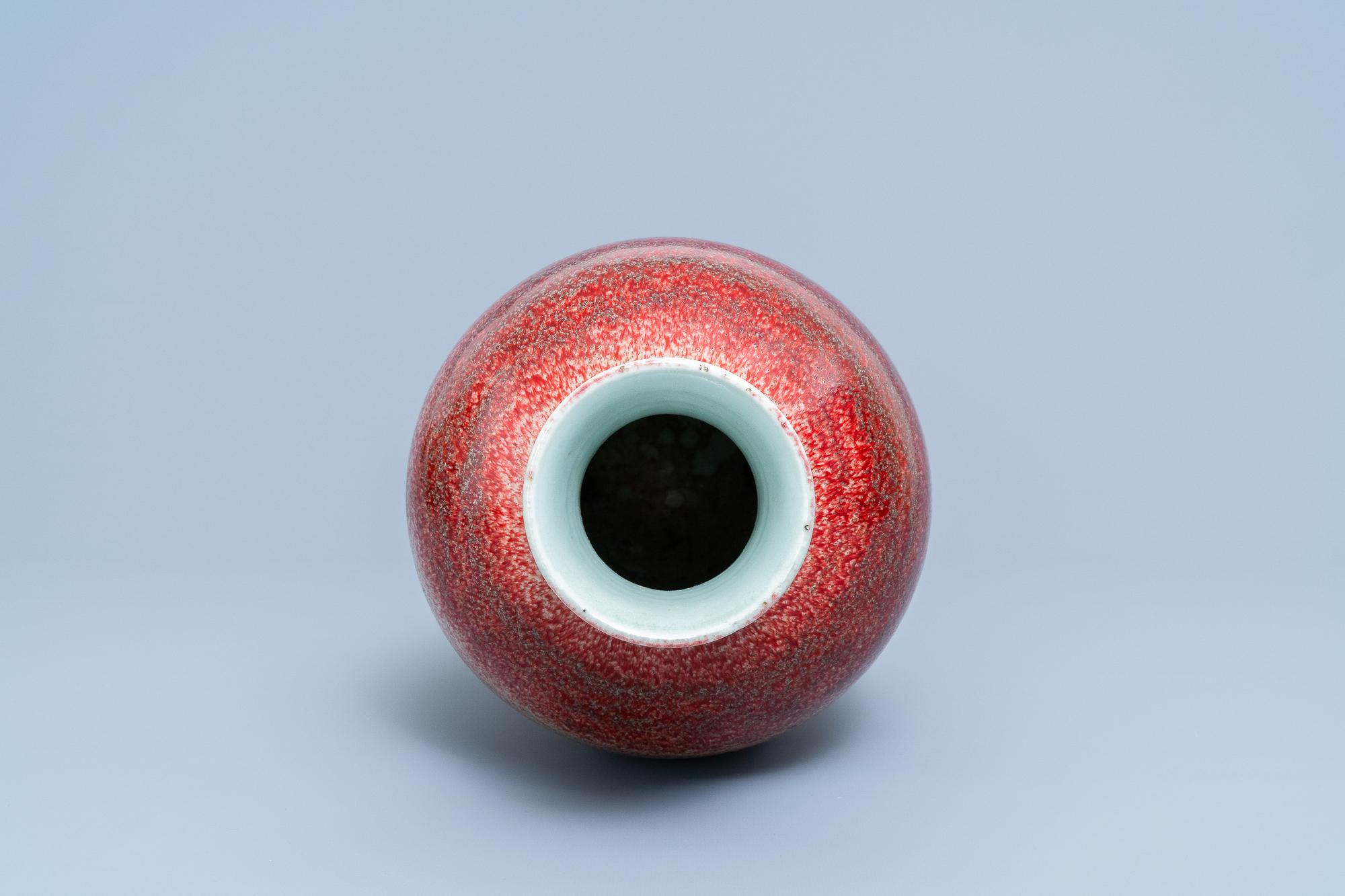 A Chinese monochrome peachbloom-glazed vase, 18/19th C. - Image 6 of 19