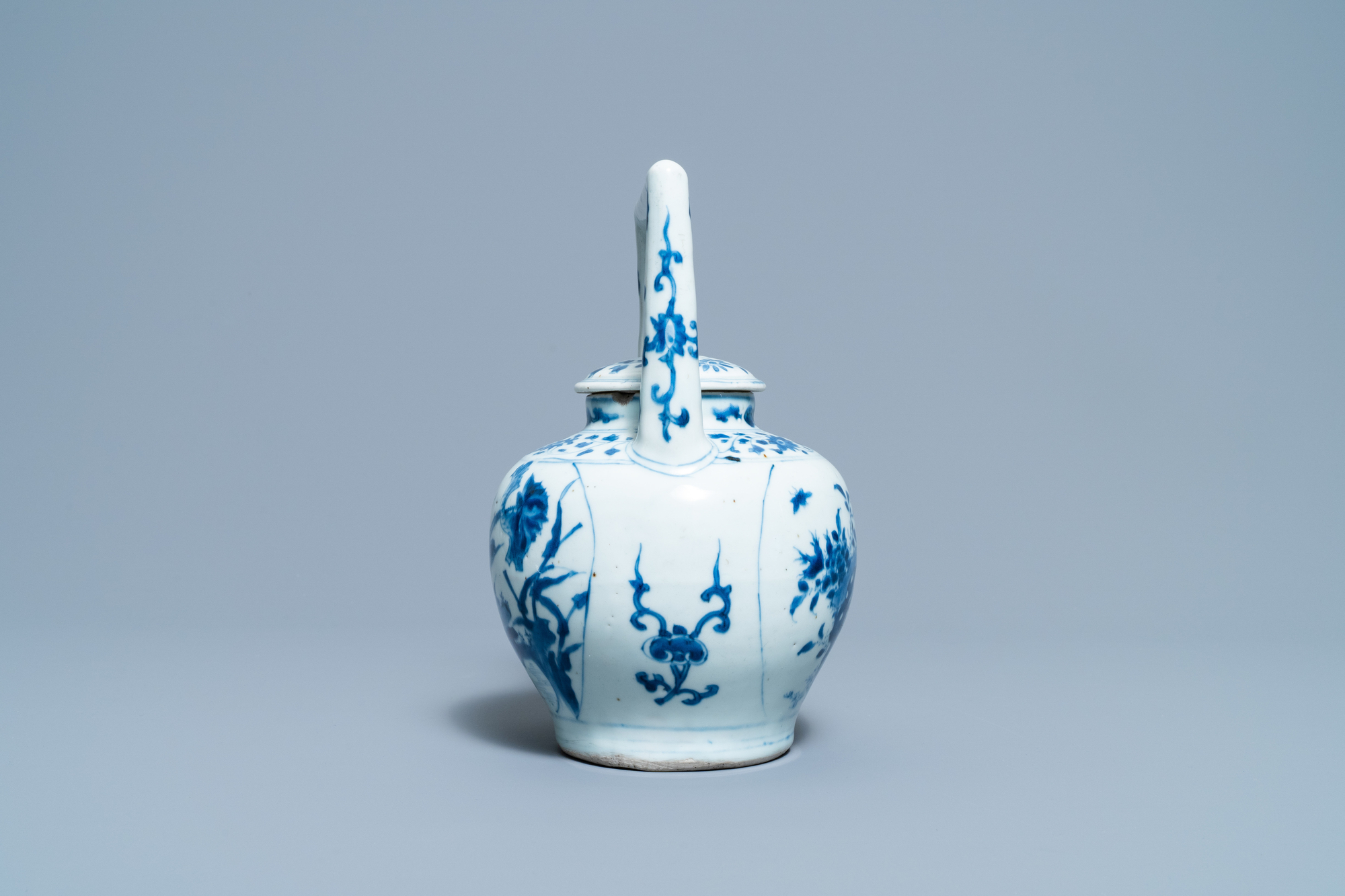 A large Chinese blue and white 'birds' wine ewer and cover, Transitional period - Image 3 of 13