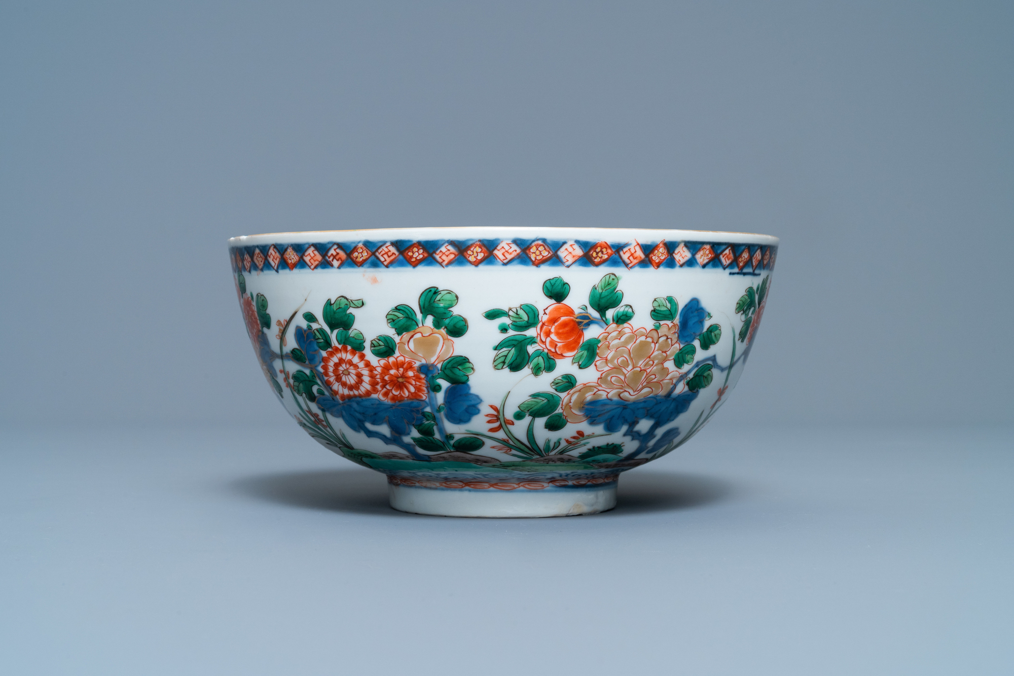 A Chinese famille verte bowl and an iron-red dish, Kangxi - Image 7 of 9