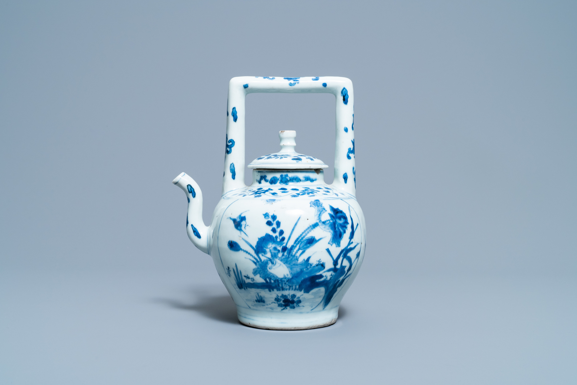 A large Chinese blue and white 'birds' wine ewer and cover, Transitional period - Image 2 of 13