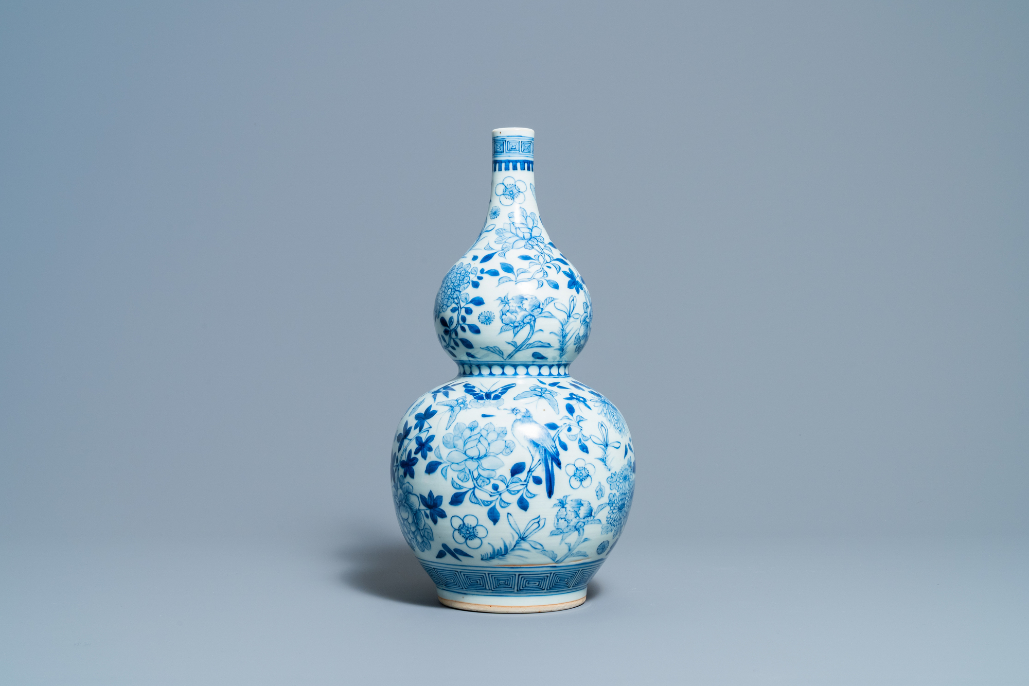 A Chinese blue and white double gourd vase, 19th C. - Image 2 of 6