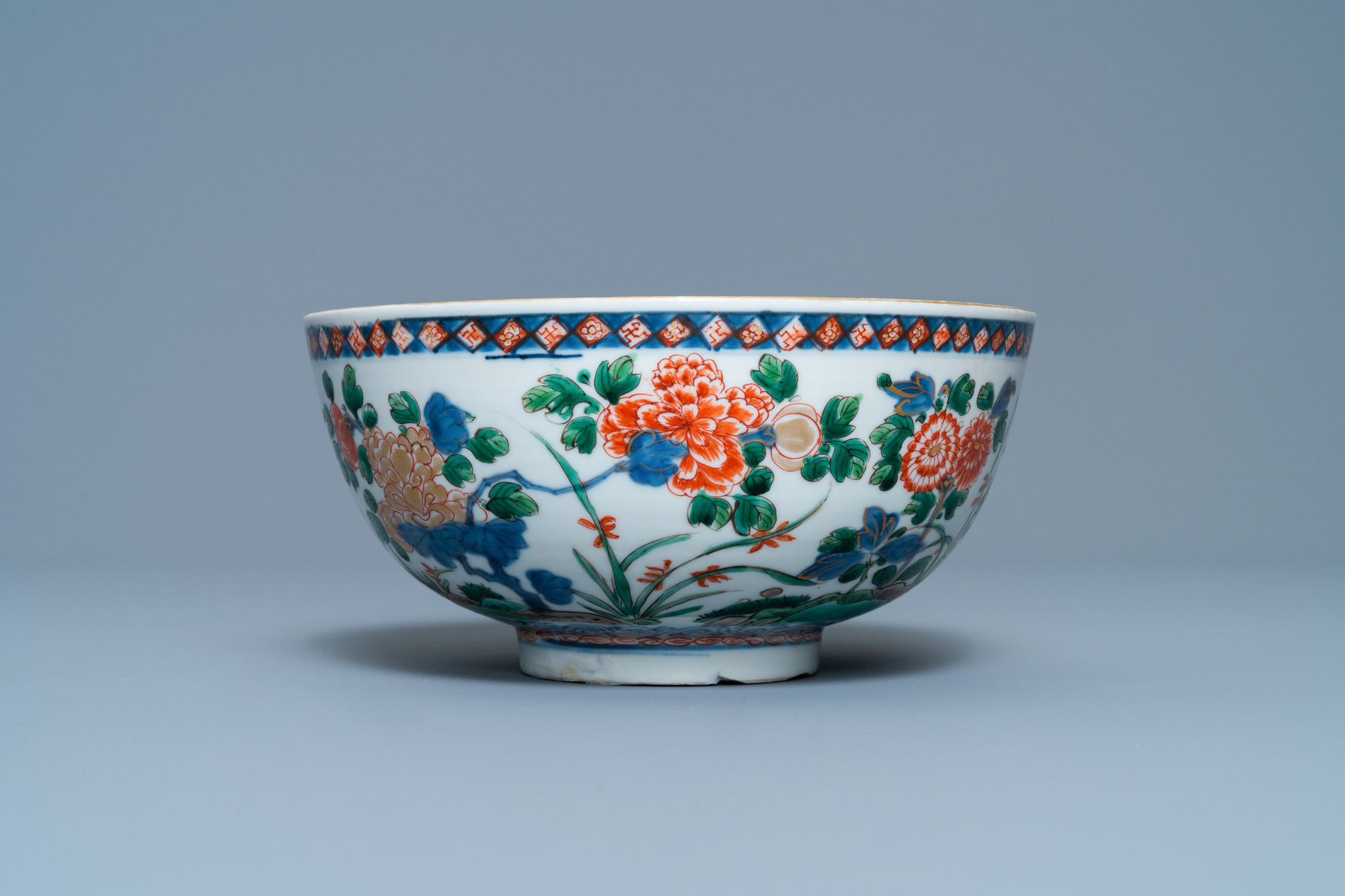 A Chinese famille verte bowl and an iron-red dish, Kangxi - Image 6 of 9