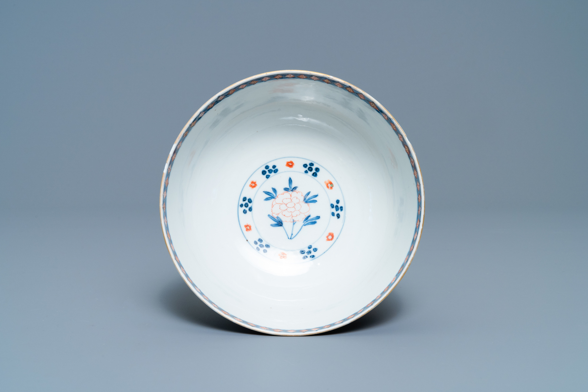 A Chinese famille verte bowl and an iron-red dish, Kangxi - Image 8 of 9