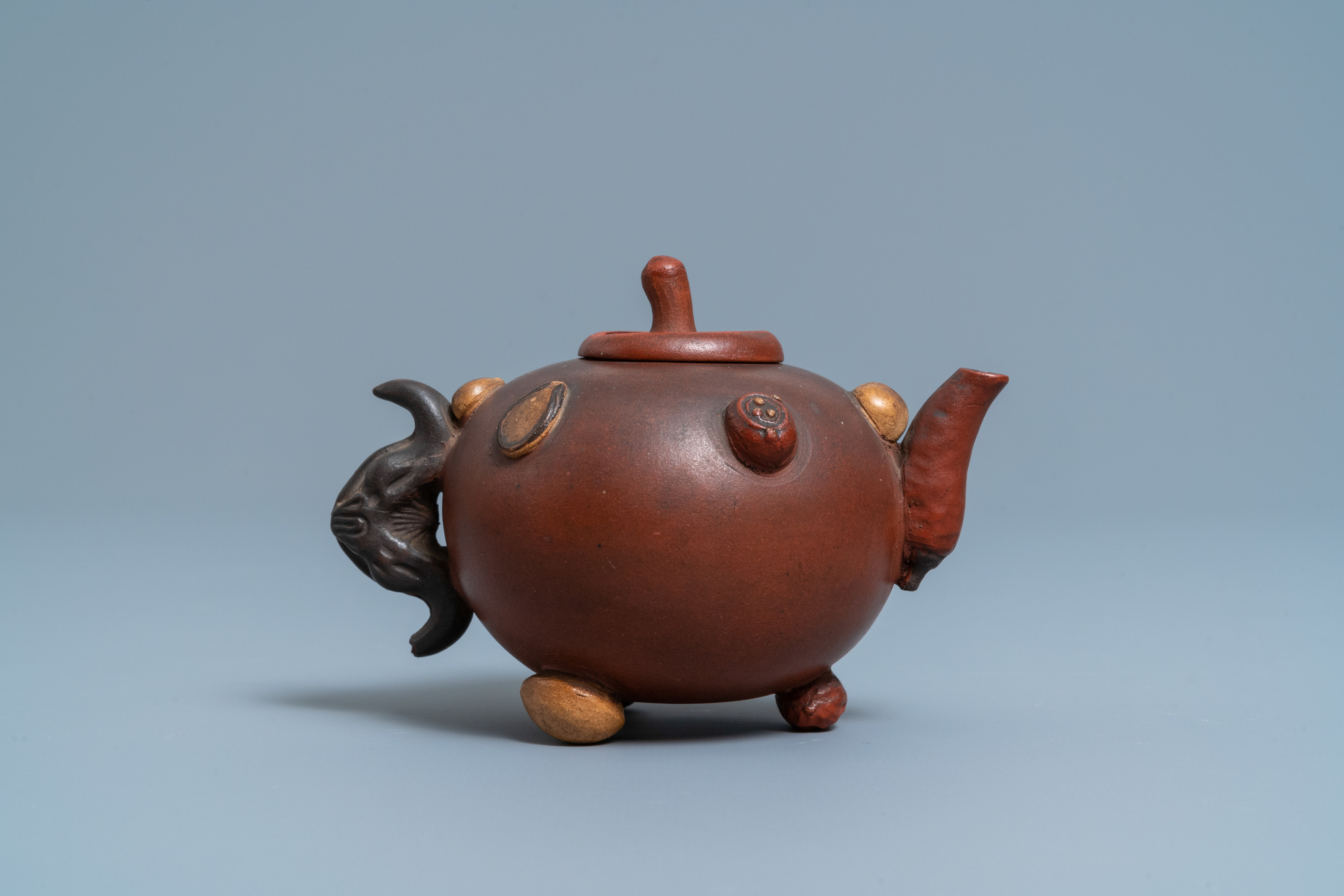 A Chinese Yixing stoneware teapot and cover with applied nuts, 19/20th C. - Image 4 of 7