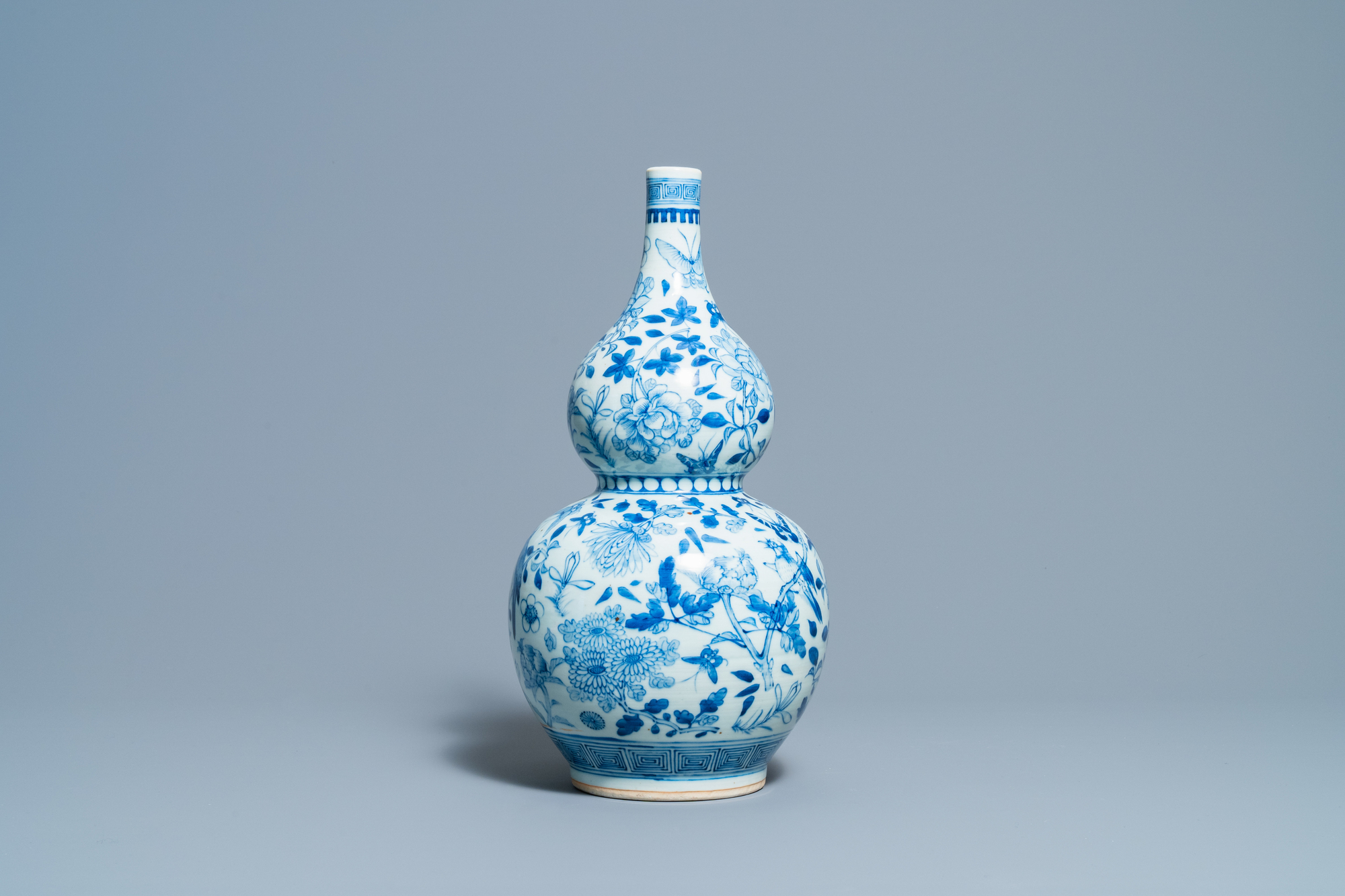 A Chinese blue and white double gourd vase, 19th C. - Image 3 of 6