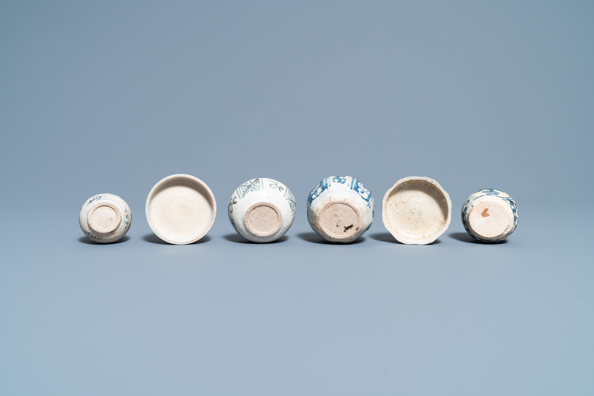 Four blue and white Vietnamese or Annamese ceramics and a Chinese jarlet, 15/16th C. - Image 12 of 12