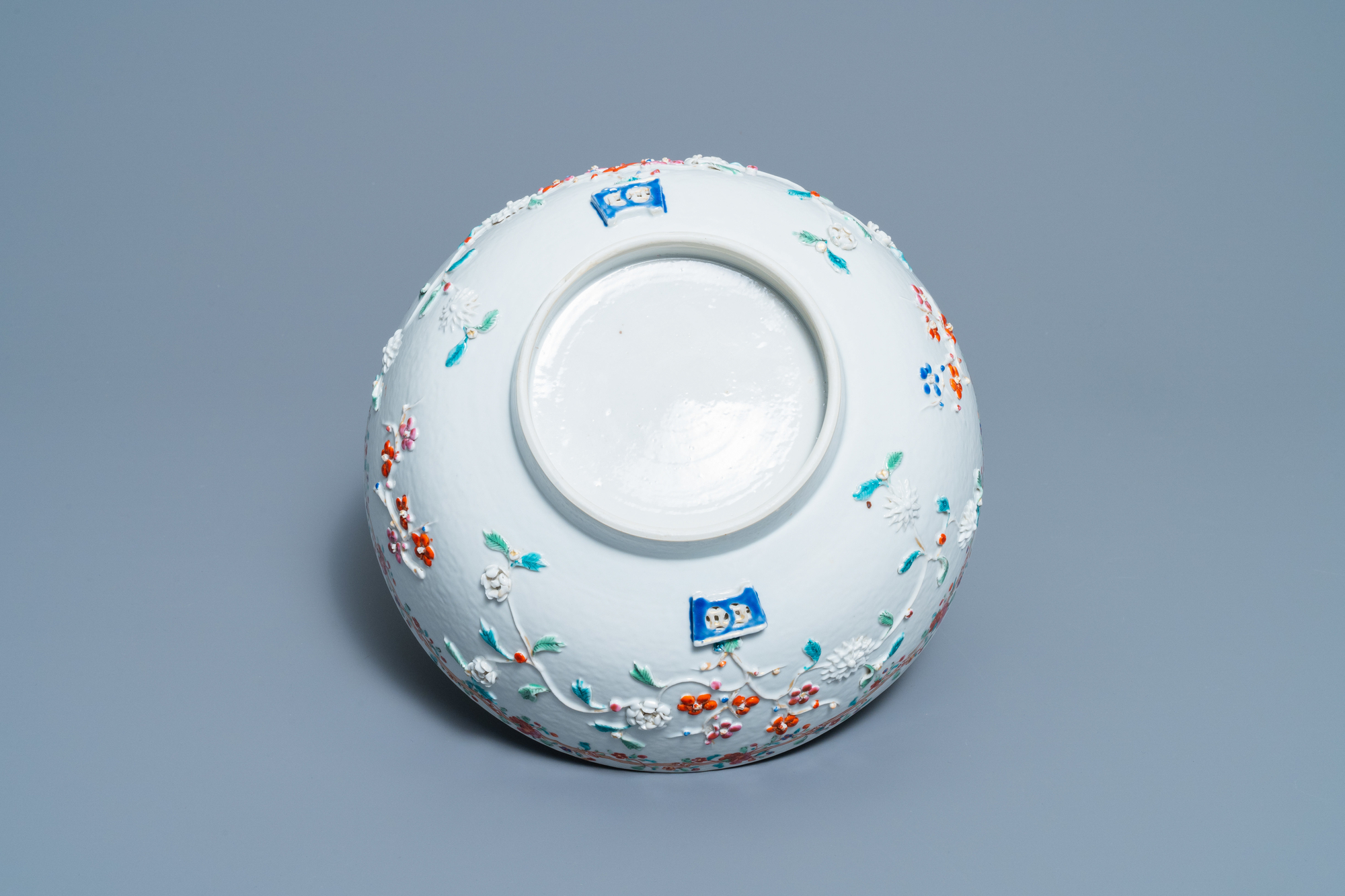 A Chinese famille rose relief-decorated floral bowl, Yongzheng/Qianlong - Image 7 of 7