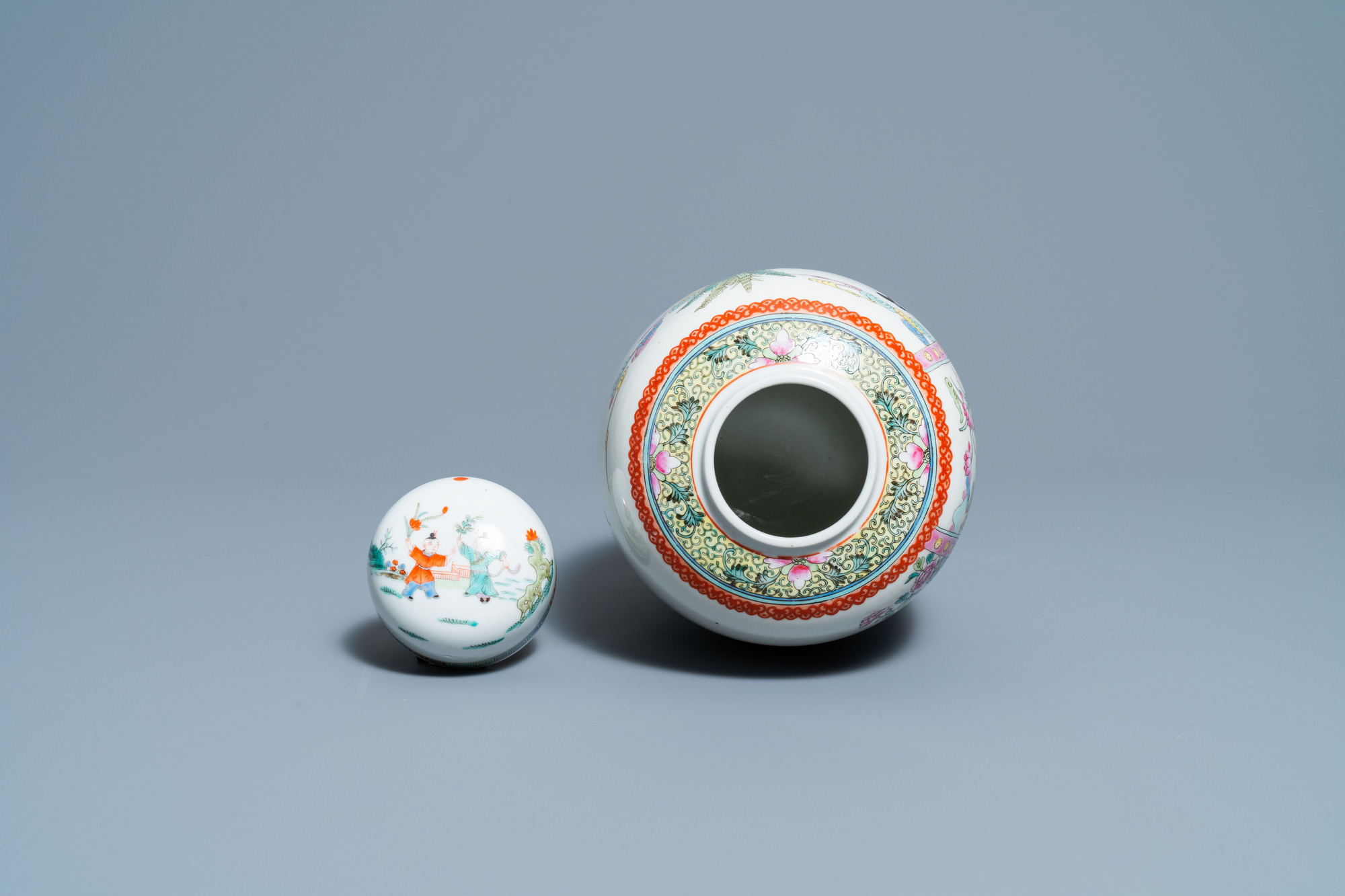 A pair of Chinese blue and white vases and a famille rose jar and cover, 19/20th C. - Image 8 of 9