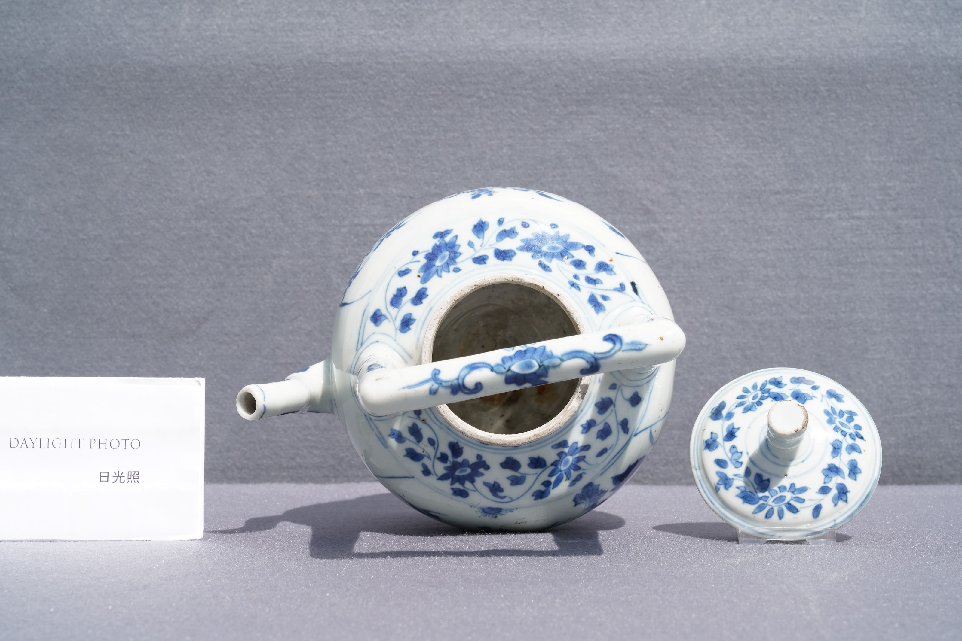 A large Chinese blue and white 'birds' wine ewer and cover, Transitional period - Image 12 of 13