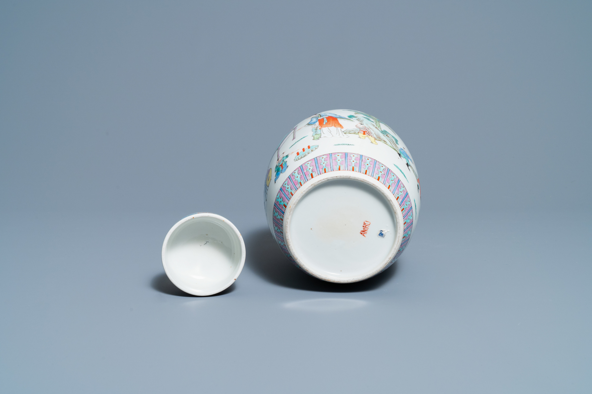 A pair of Chinese blue and white vases and a famille rose jar and cover, 19/20th C. - Image 9 of 9