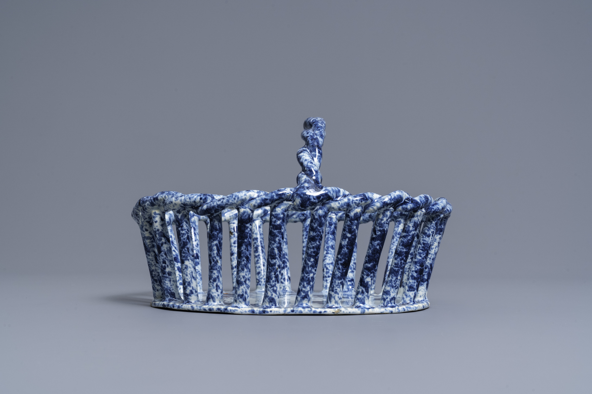 A rare Dutch Delft blue and white reticulated basket, 18th C. - Image 4 of 7