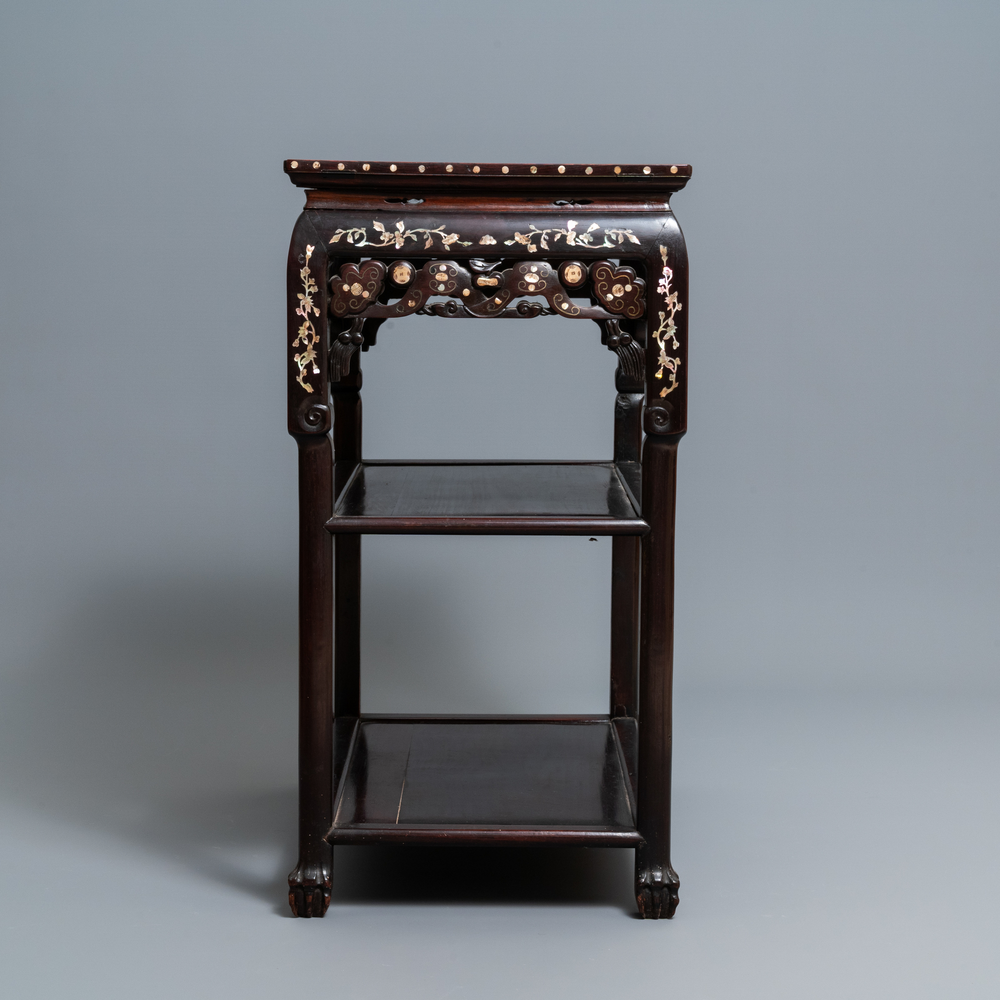 A Chinese mother-of-pearl-inlaid wooden sideboard with marble top, 19th C. - Image 5 of 10