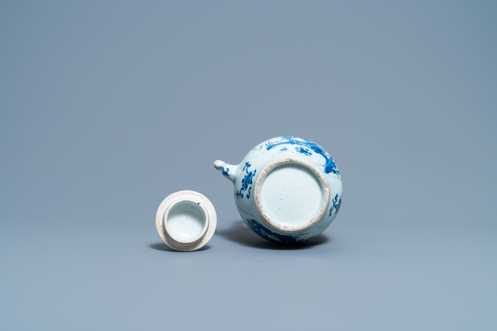 A large Chinese blue and white 'birds' wine ewer and cover, Transitional period - Image 7 of 13
