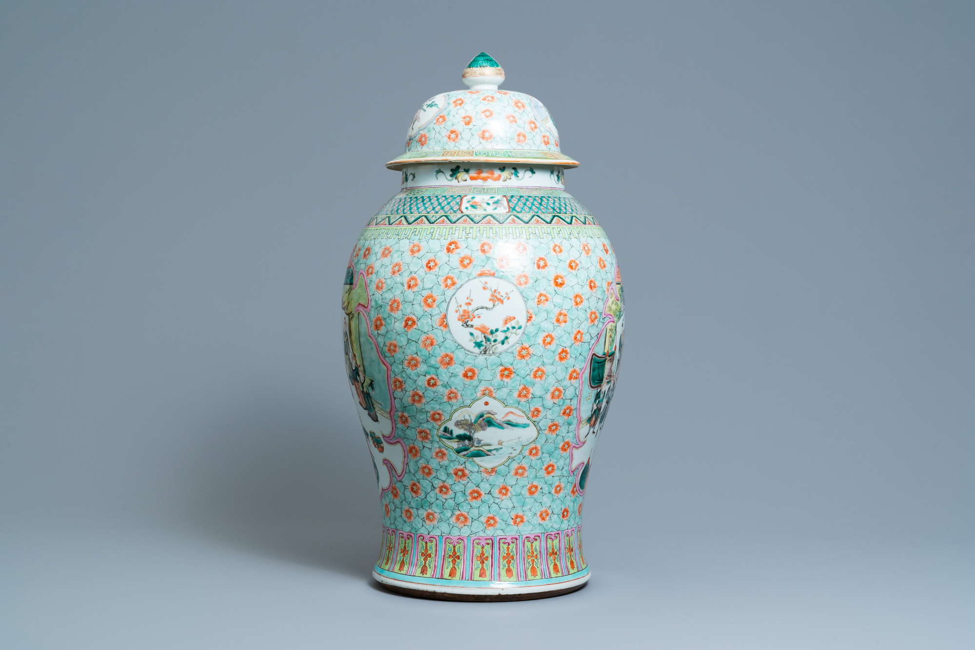 A large Chinese famille verte vase and cover, 19th C. - Image 4 of 8