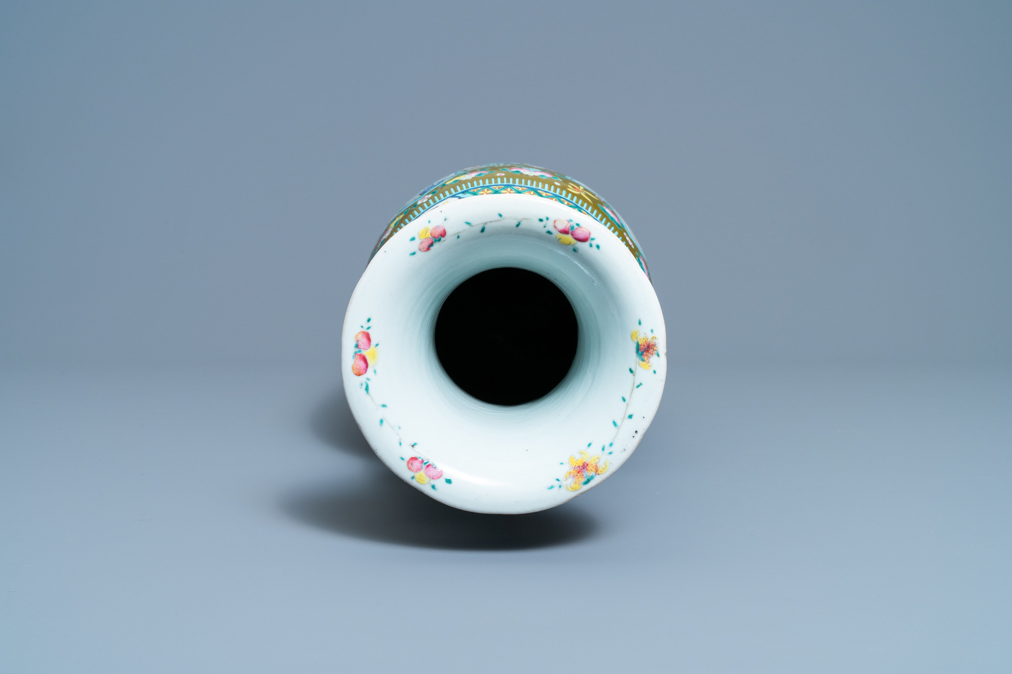 A Chinese brown-ground famille rose vase, 19th C. - Image 5 of 6
