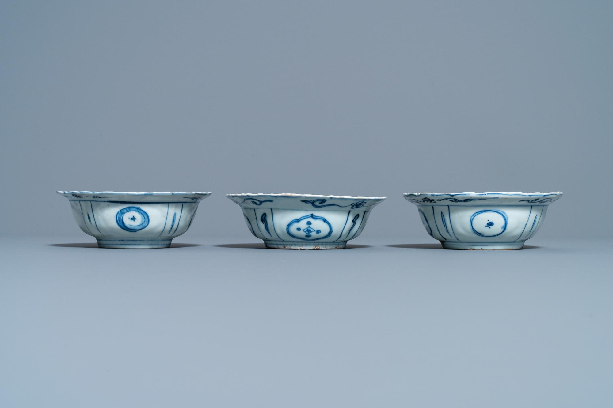 Three Chinese blue and white kraak porcelain klapmuts bowls, Wanli - Image 3 of 7