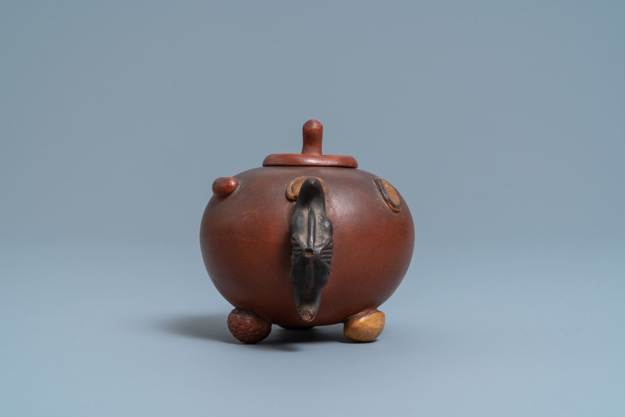 A Chinese Yixing stoneware teapot and cover with applied nuts, 19/20th C. - Image 5 of 7