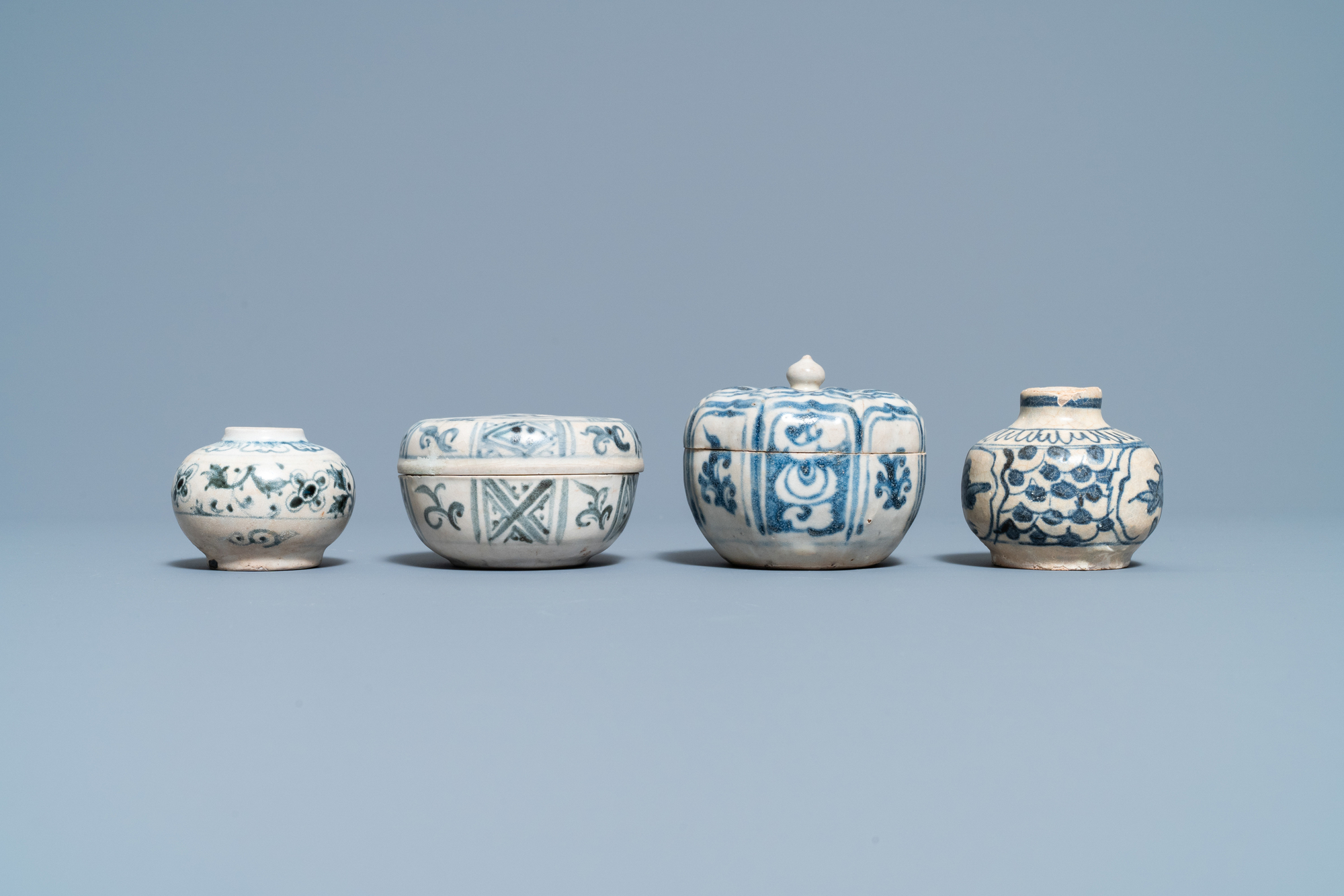 Four blue and white Vietnamese or Annamese ceramics and a Chinese jarlet, 15/16th C. - Image 8 of 12