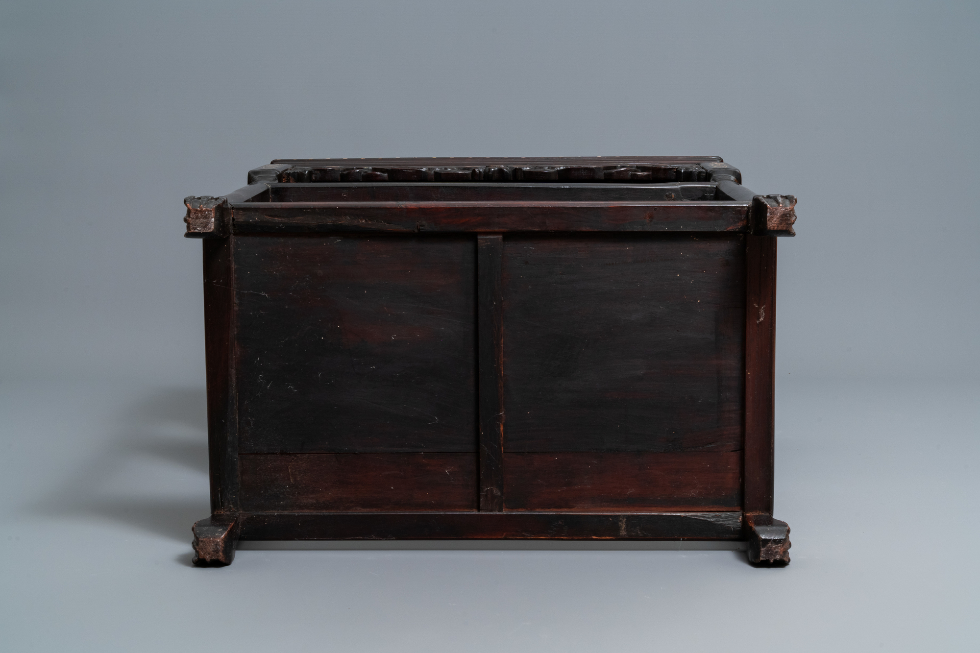 A Chinese mother-of-pearl-inlaid wooden sideboard with marble top, 19th C. - Image 7 of 10