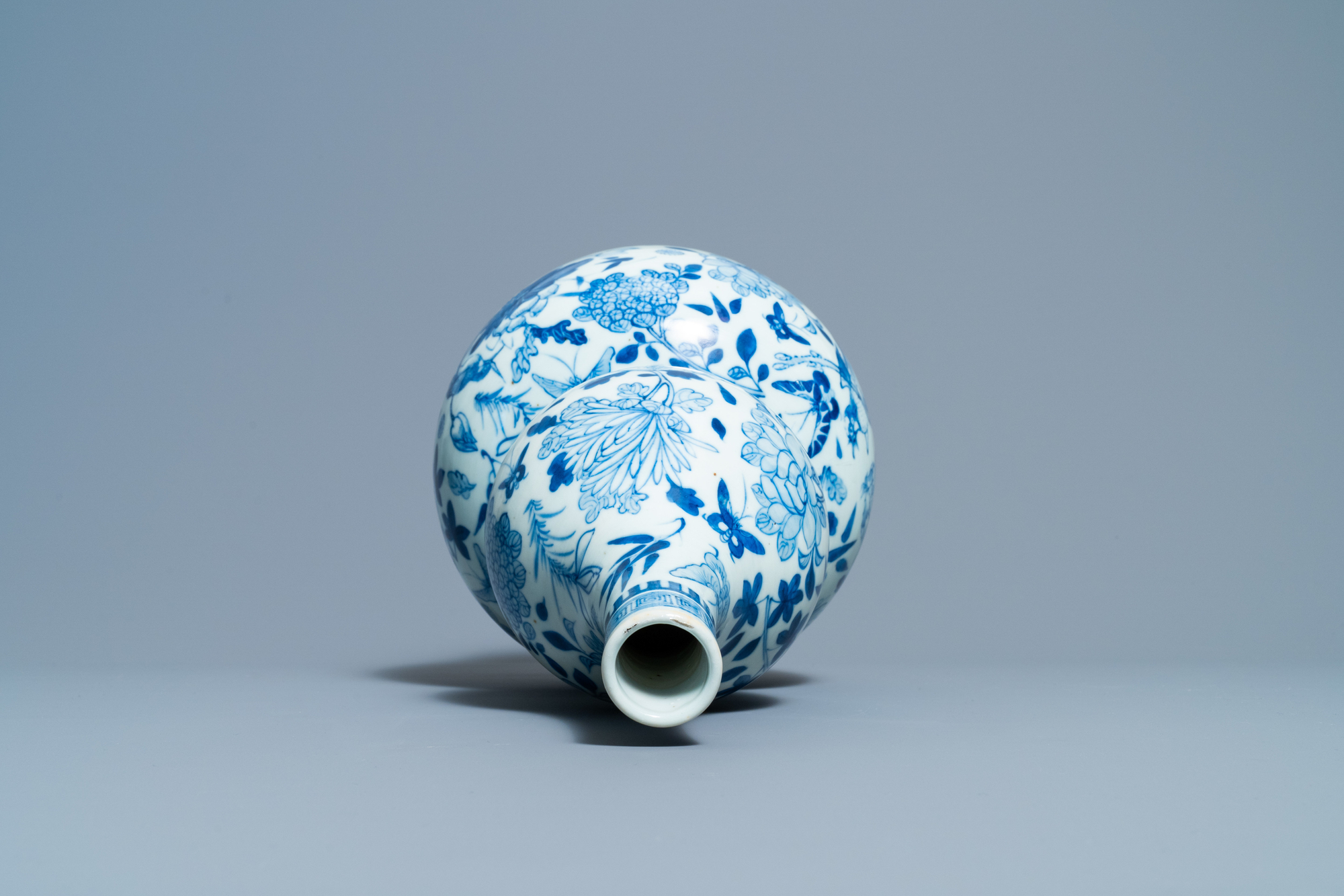 A Chinese blue and white double gourd vase, 19th C. - Image 5 of 6