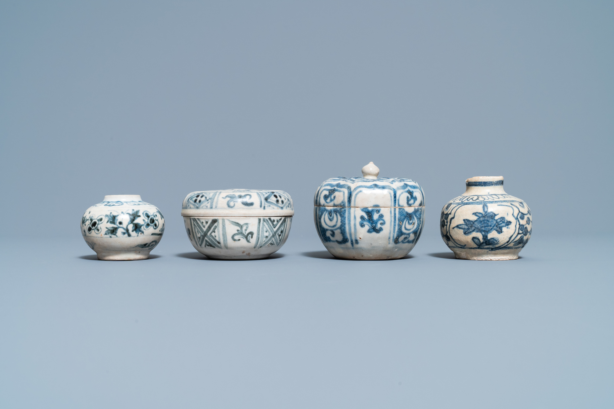 Four blue and white Vietnamese or Annamese ceramics and a Chinese jarlet, 15/16th C. - Image 9 of 12
