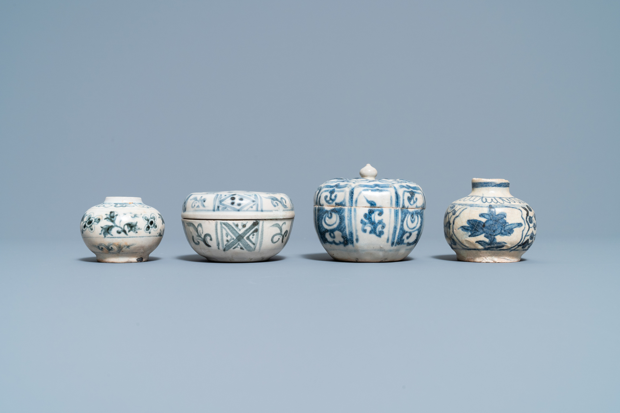 Four blue and white Vietnamese or Annamese ceramics and a Chinese jarlet, 15/16th C. - Image 7 of 12