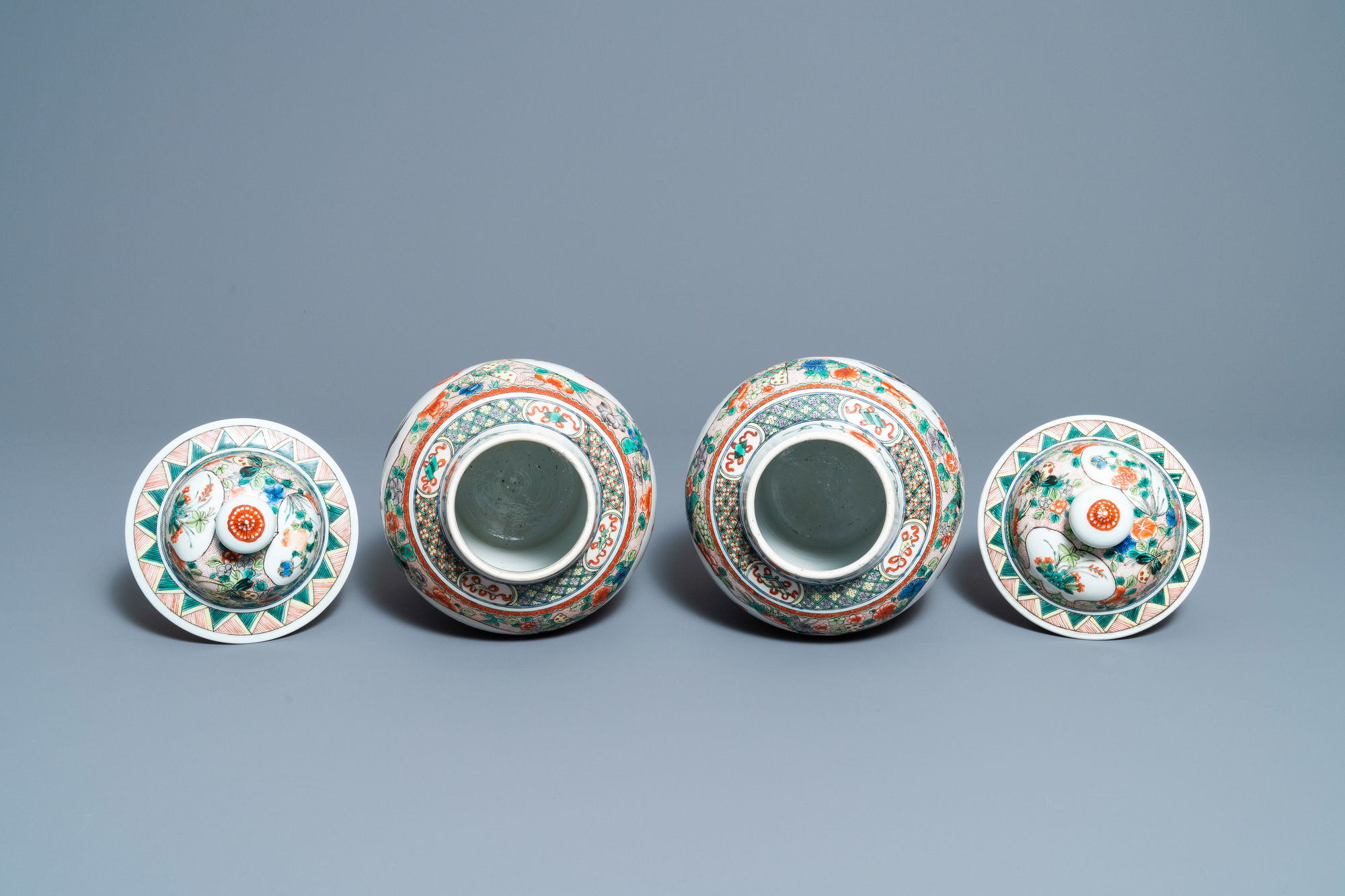 Two pairs of Chinese blue and white and famille verte vases and covers, 19/20th C. - Image 8 of 9