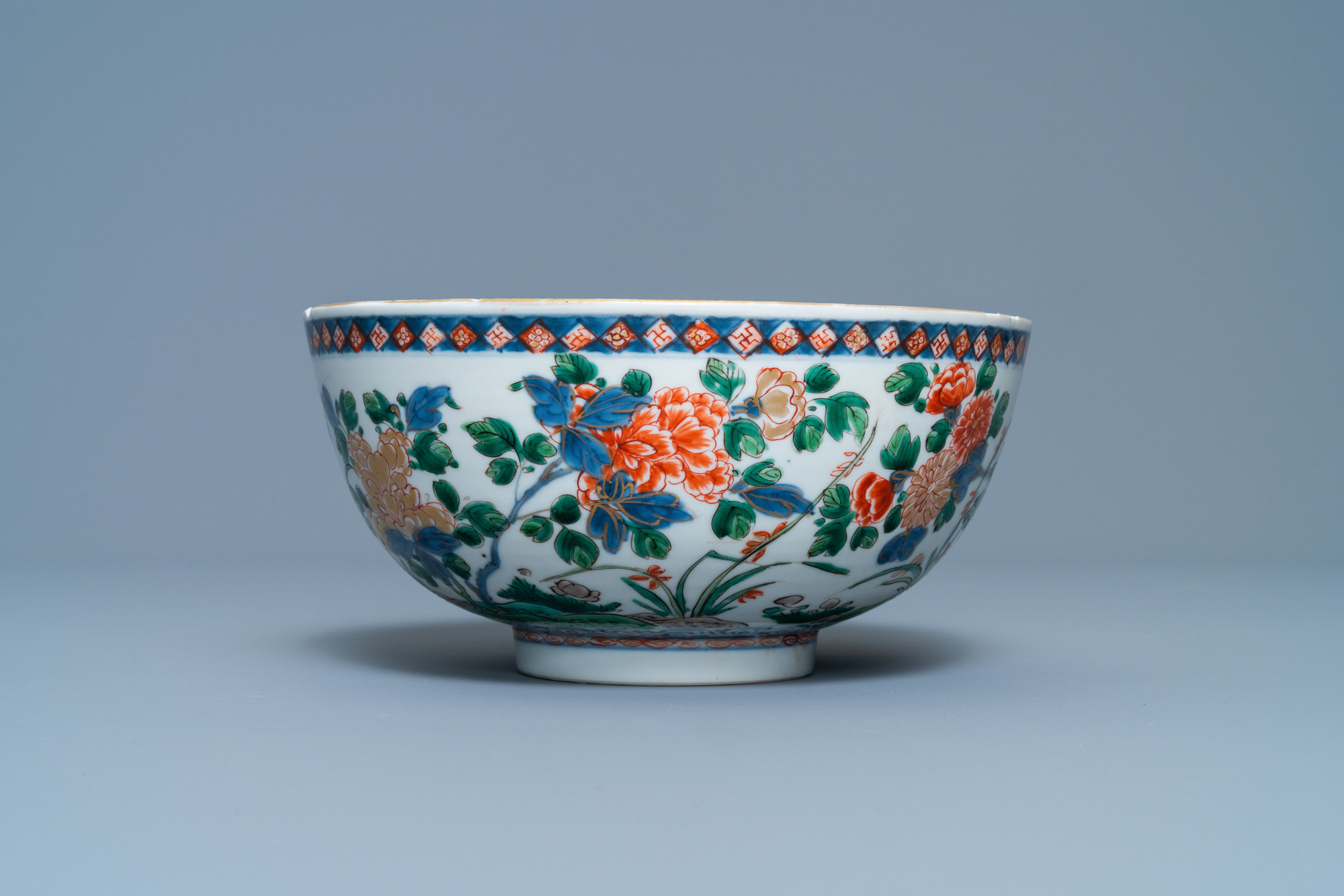A Chinese famille verte bowl and an iron-red dish, Kangxi - Image 4 of 9