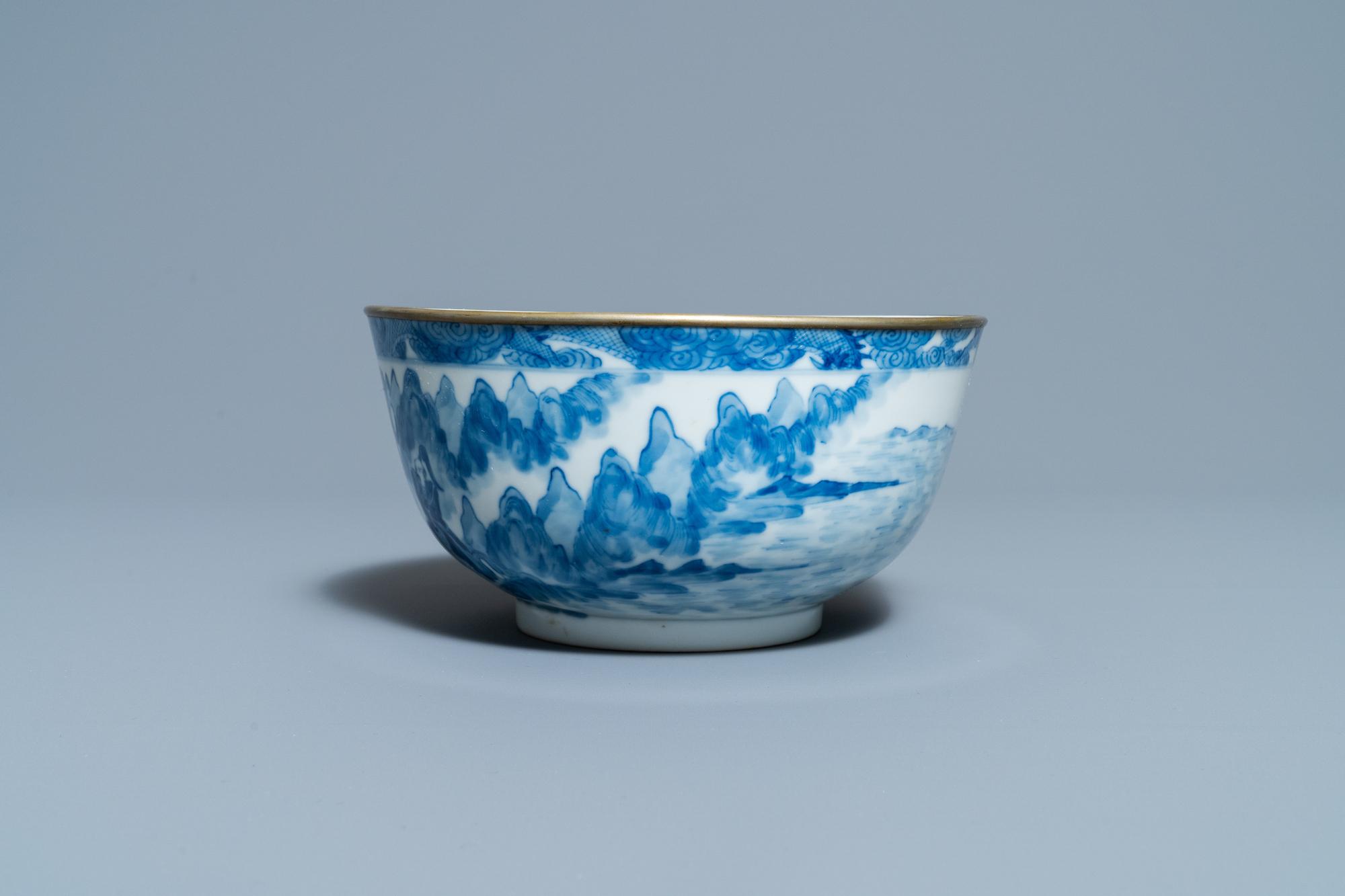 A Chinese blue and white Vietnamese market 'Bleu de Hue' bowl, Kangxi mark, 19th C. - Image 3 of 7