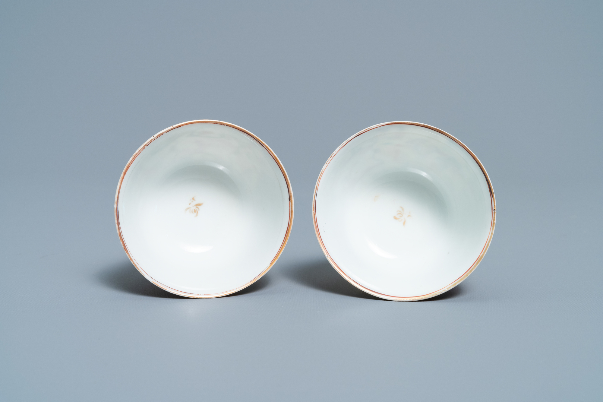 A pair of fine Chinese famille rose 'Mandarin' cups and saucers, Qianlong - Image 8 of 9