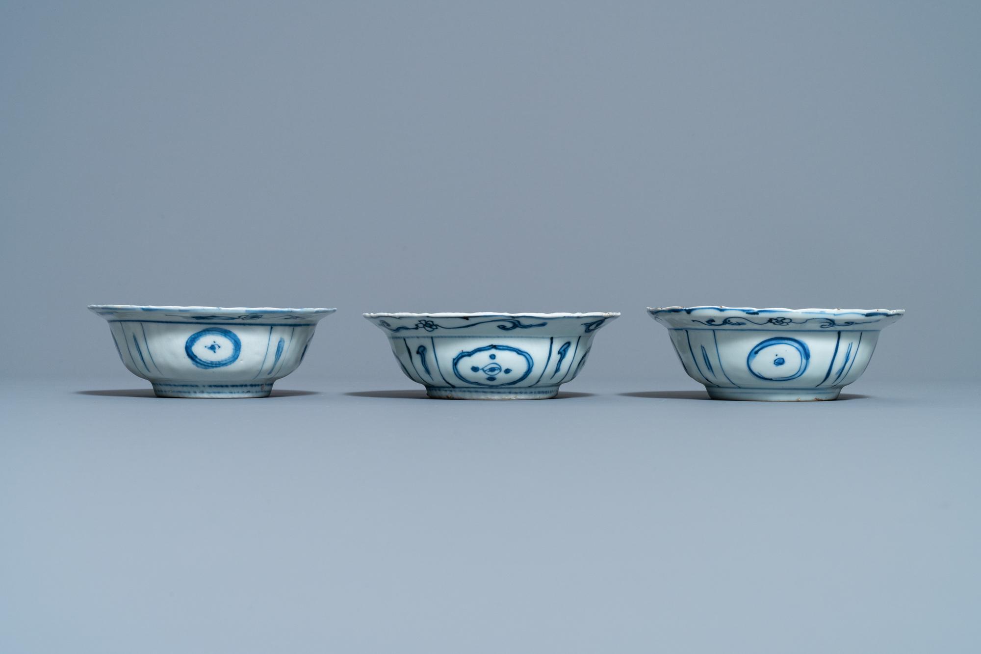 Three Chinese blue and white kraak porcelain klapmuts bowls, Wanli - Image 5 of 7