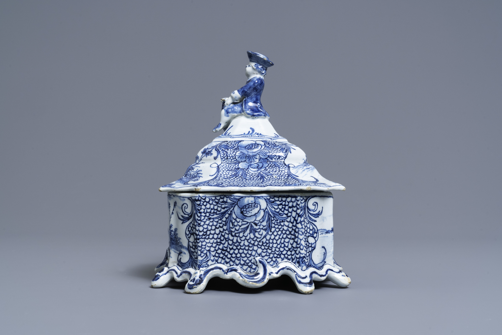 A Dutch Delft blue and white tobacco box and cover with a boy near a barrel, 18th C. - Image 4 of 7