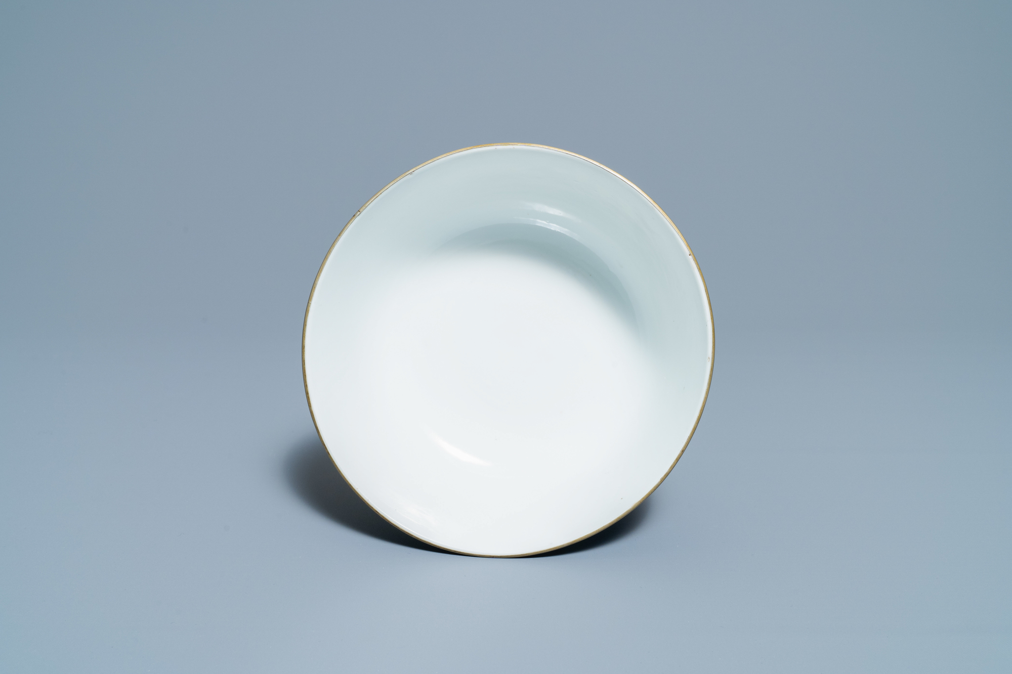 A Chinese blue and white Vietnamese market 'Bleu de Hue' bowl, Kangxi mark, 19th C. - Image 6 of 7