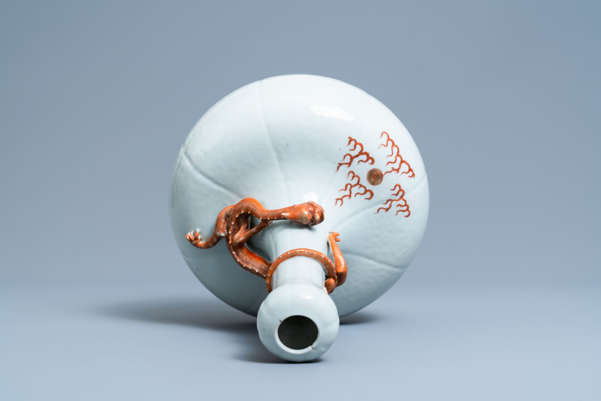 A Chinese white-glazed garlic head vase with an applied dragon, 19th C. - Image 4 of 5