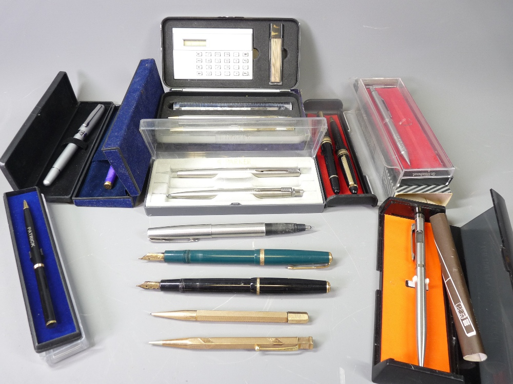 VINTAGE & LATER FOUNTAIN, BALLPOINT PENS & PENCILS a quantity to include a green Parker Maxima