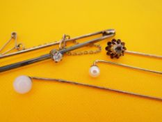 ASSORTED JEWELLERY comprising 15ct gold diamond bar brooch, 14ct gold diamond stick pin, together
