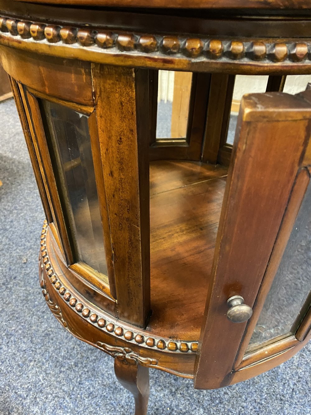 REPRODUCTION HARDWOOD DRUM TYPE DRINKS CABINET having a lift-off circular tray top, beaded and - Image 4 of 4