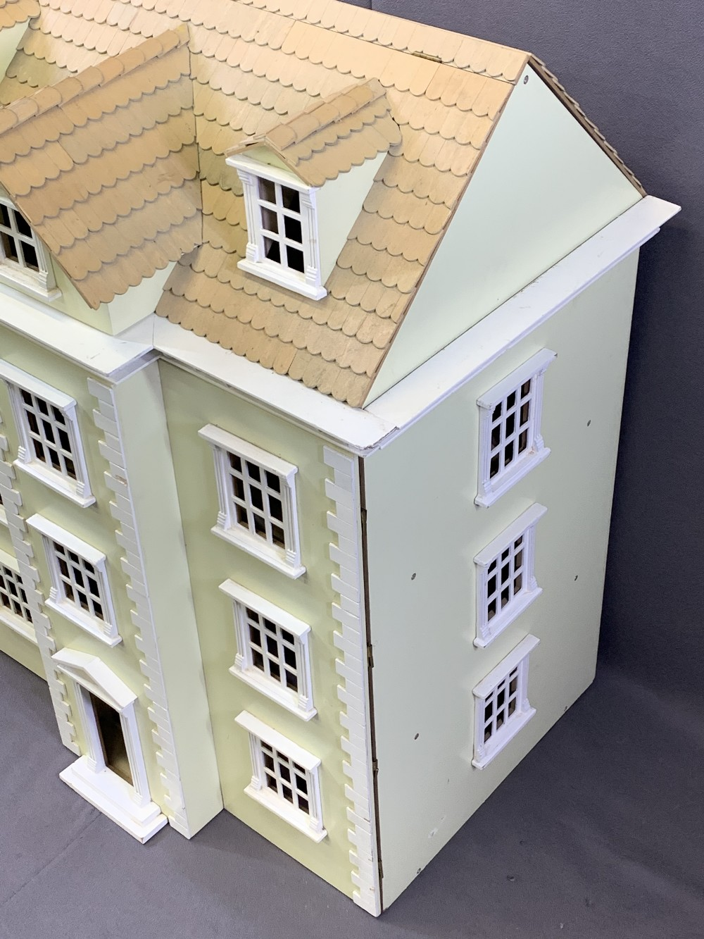 NICE QUALITY GEORGIAN STYLE DOLL'S/MINIATURES HOUSE, opening front and roof, 85.5cms overall H, - Image 4 of 5
